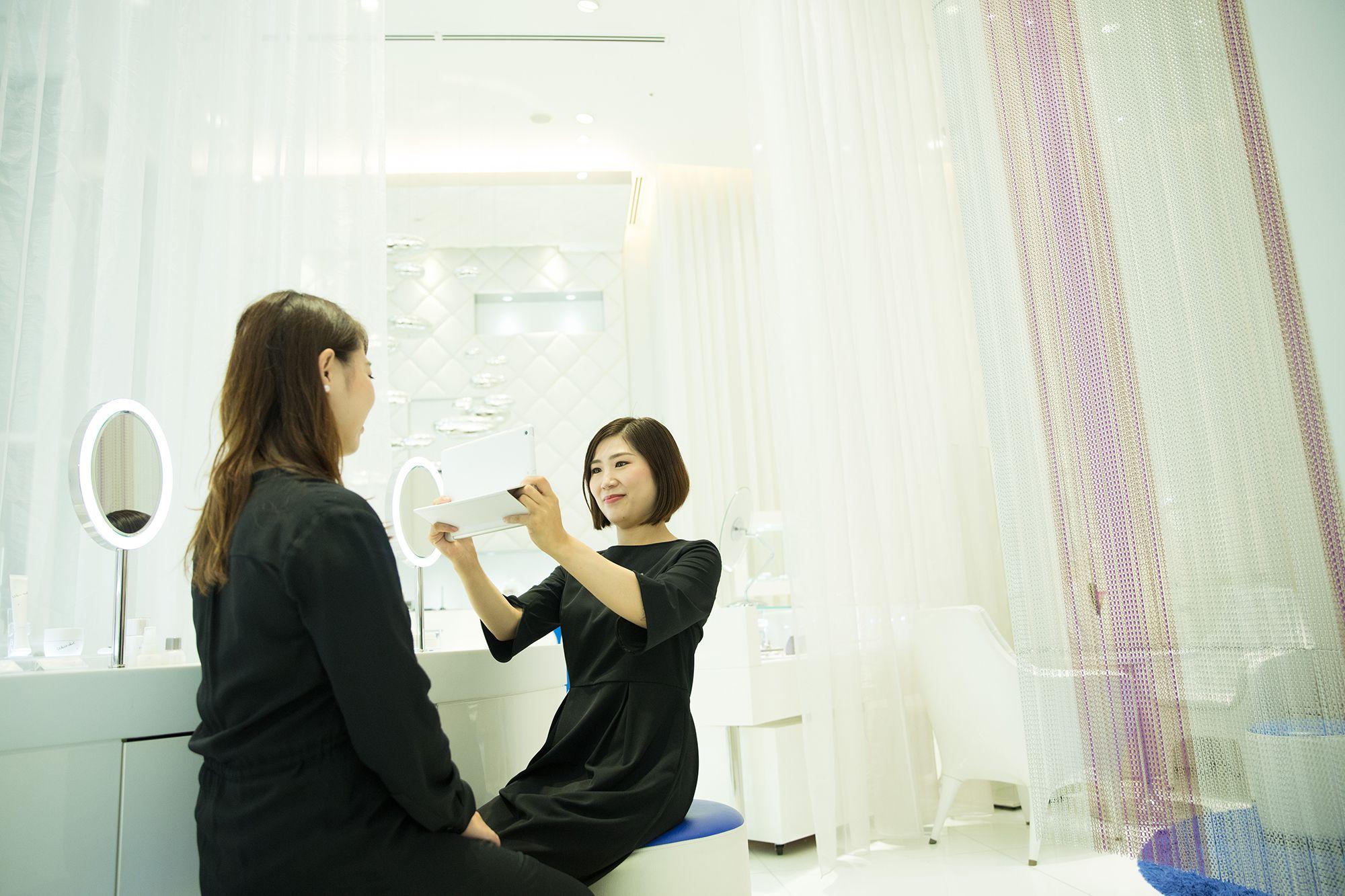 """7月進行了更新的個人化品牌""""APEX"""",為客人分析「肌膚的狀態」和「肌膚的潛力」。"""