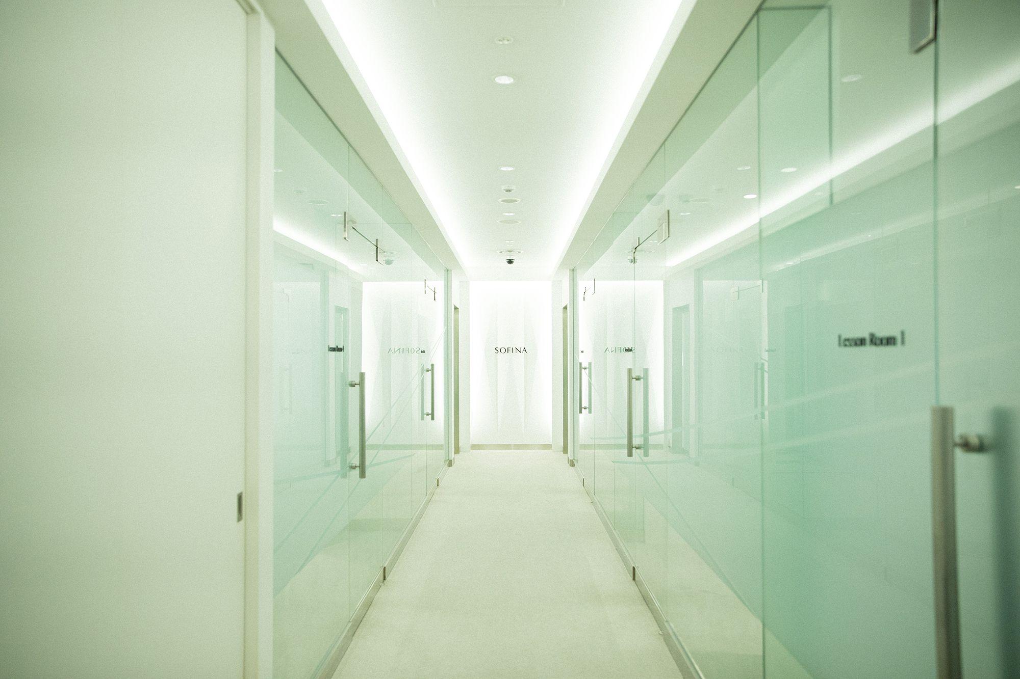 白色照明讓店內充滿了未來世界的感覺。
