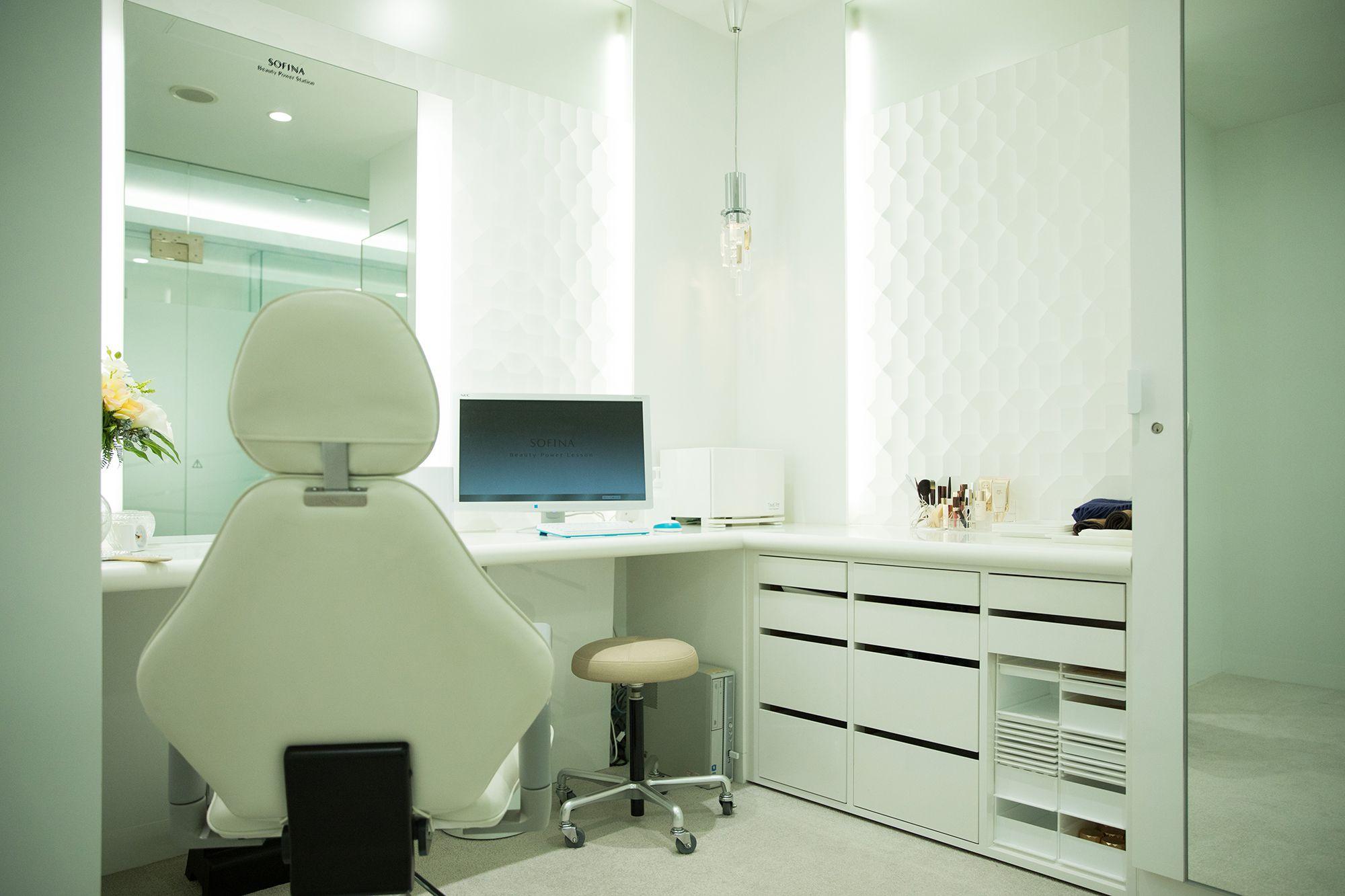檢測用的房間裡配備了最先進的儀器和洗臉用的化妝台。在指導如何減少肌膚負擔的洗臉方法之後,用五種肌膚解析儀器來測定肌膚的狀態。