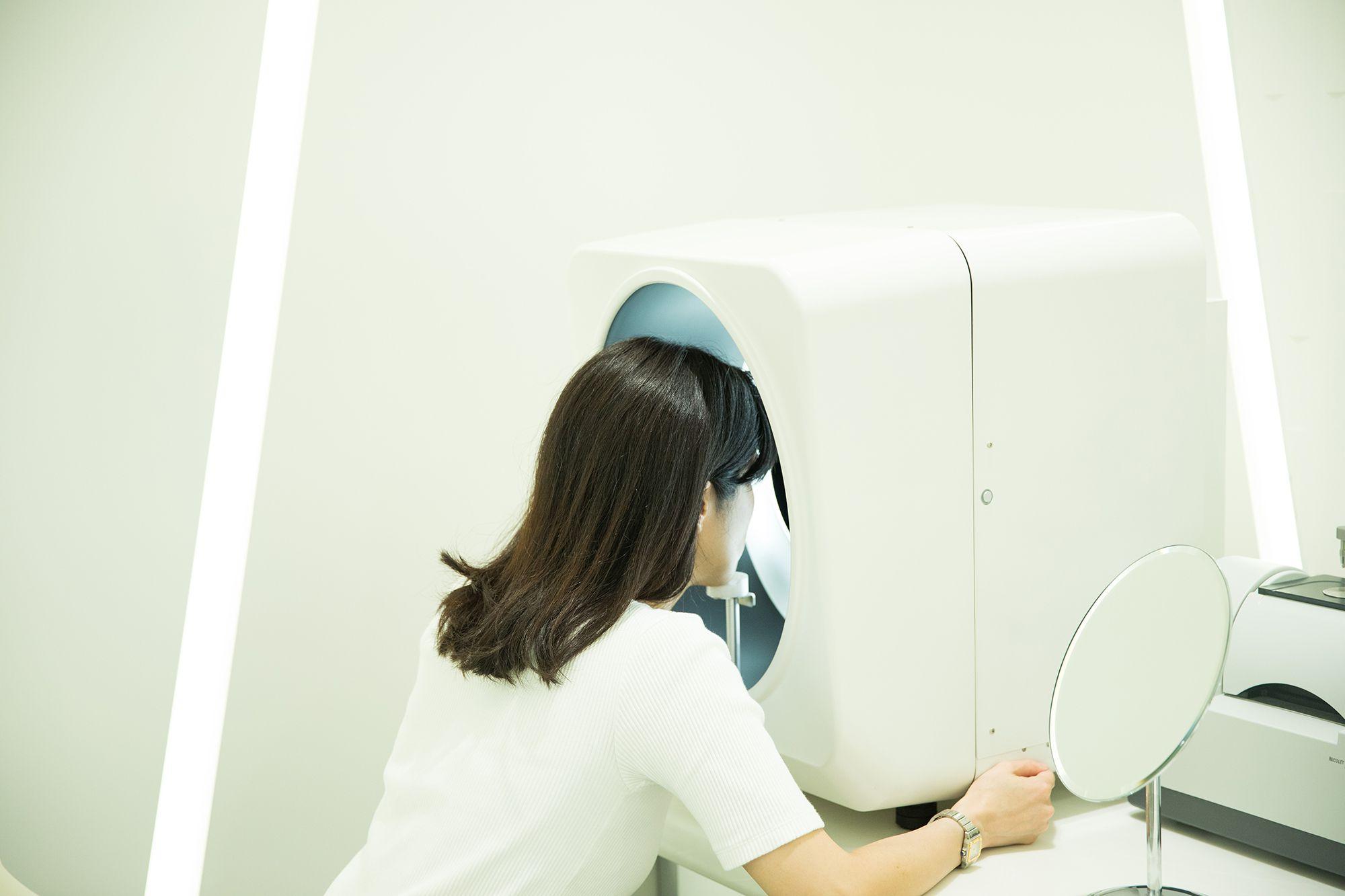 用肌膚解析儀器診斷肌膚的狀態。