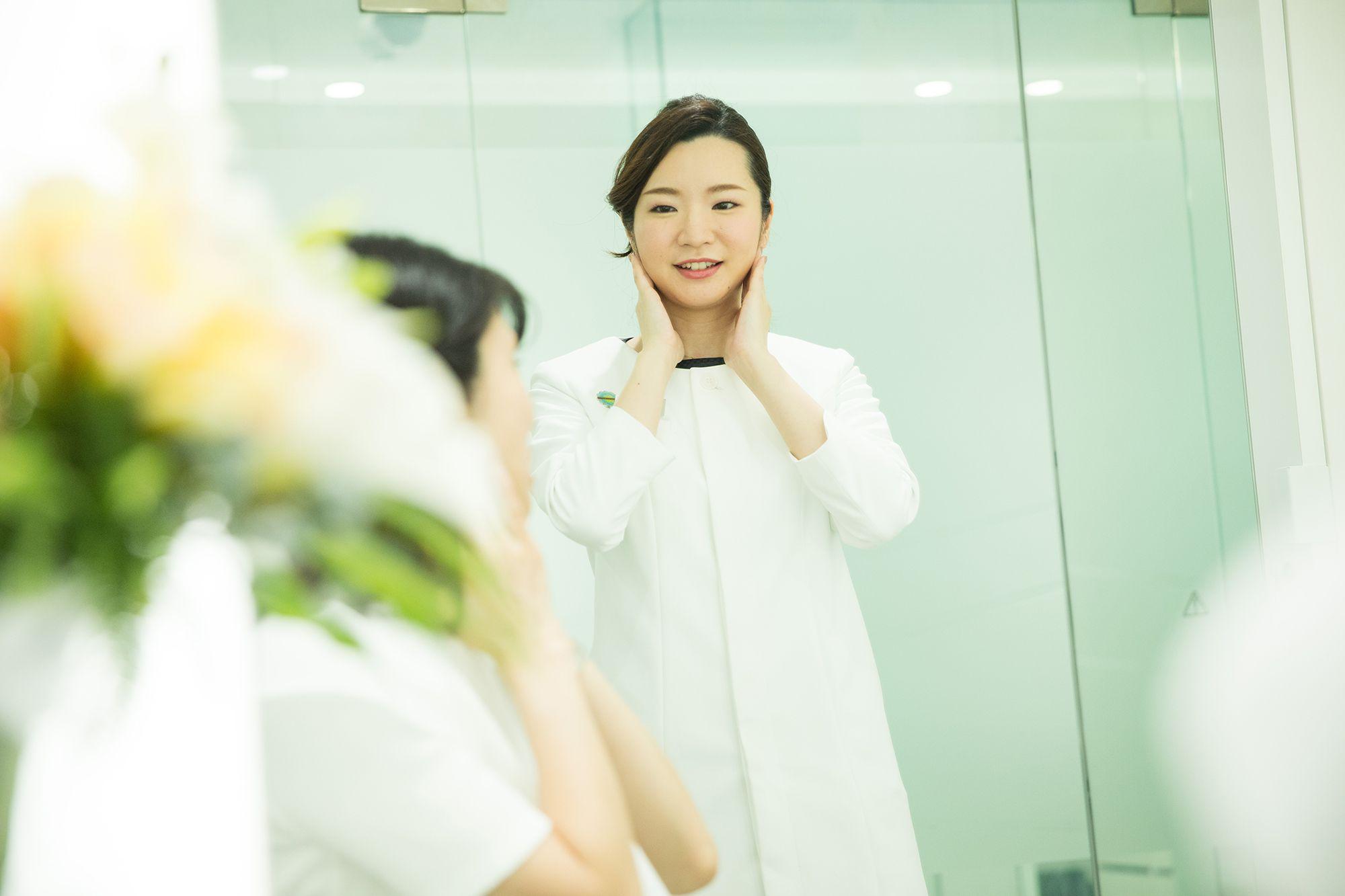 私人美容專家講授護膚步驟。之後用準備好了的化妝品試妝。