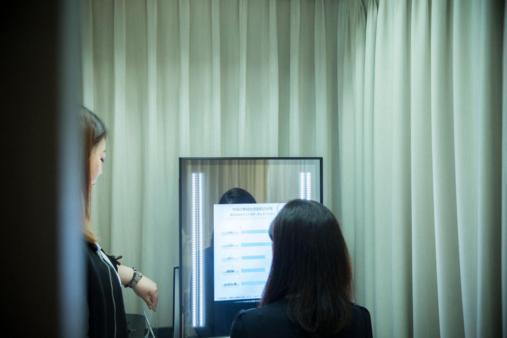 「白雪公主美顏鏡」。在鏡子前拍張照,就可以了解自己肌膚的狀態。一樓也有設置,供感興趣的人使用。