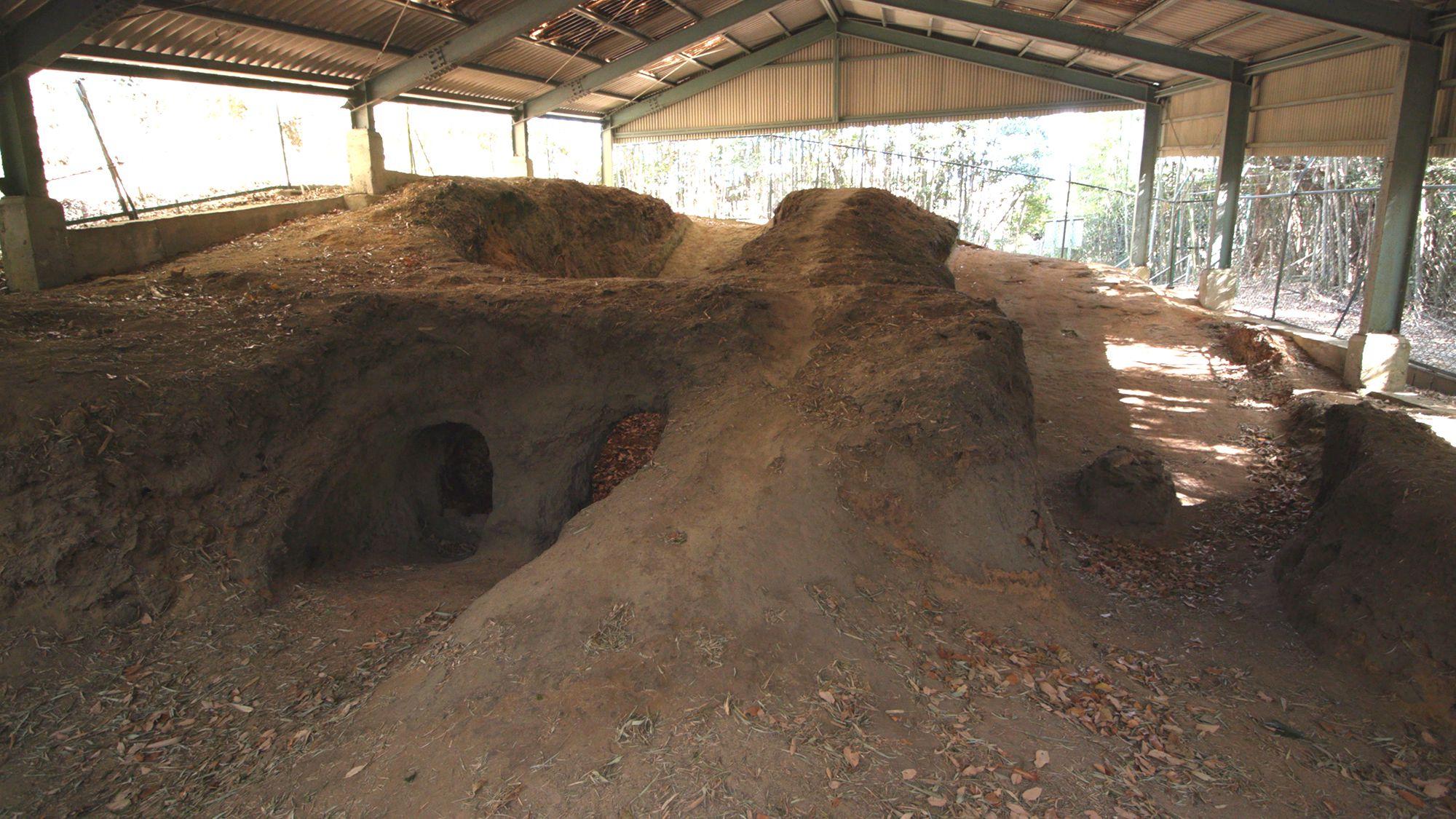 常滑の篭池(かごいけ)古窯。平安時代末期に使用されていた窖窯(あながま)で斜面を掘り抜いて作られている。