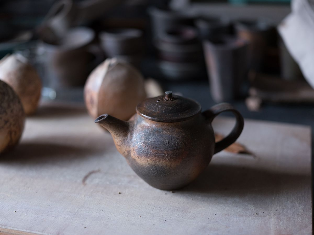 越前 土本訓寛/焼き締め後手急須 道具としてのやきものを製作し続けている土本は、窯焚きの度に違う焼き締めの表情に、魅せられるという。Photography Shinpei Kato