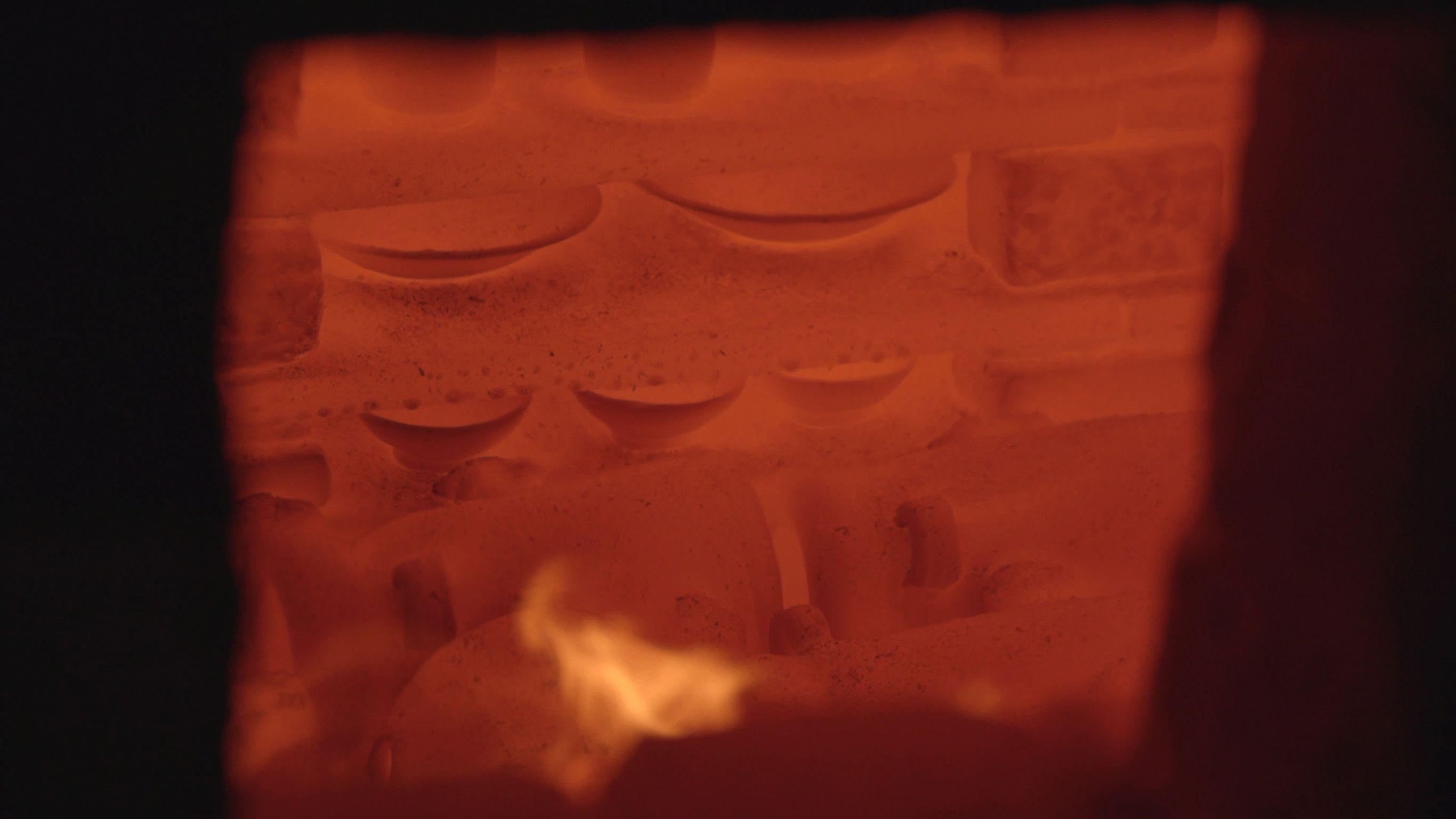 備前、一陽窯の窯焚き。十昼夜半もの間、薪をくべ続けて窯を焚く