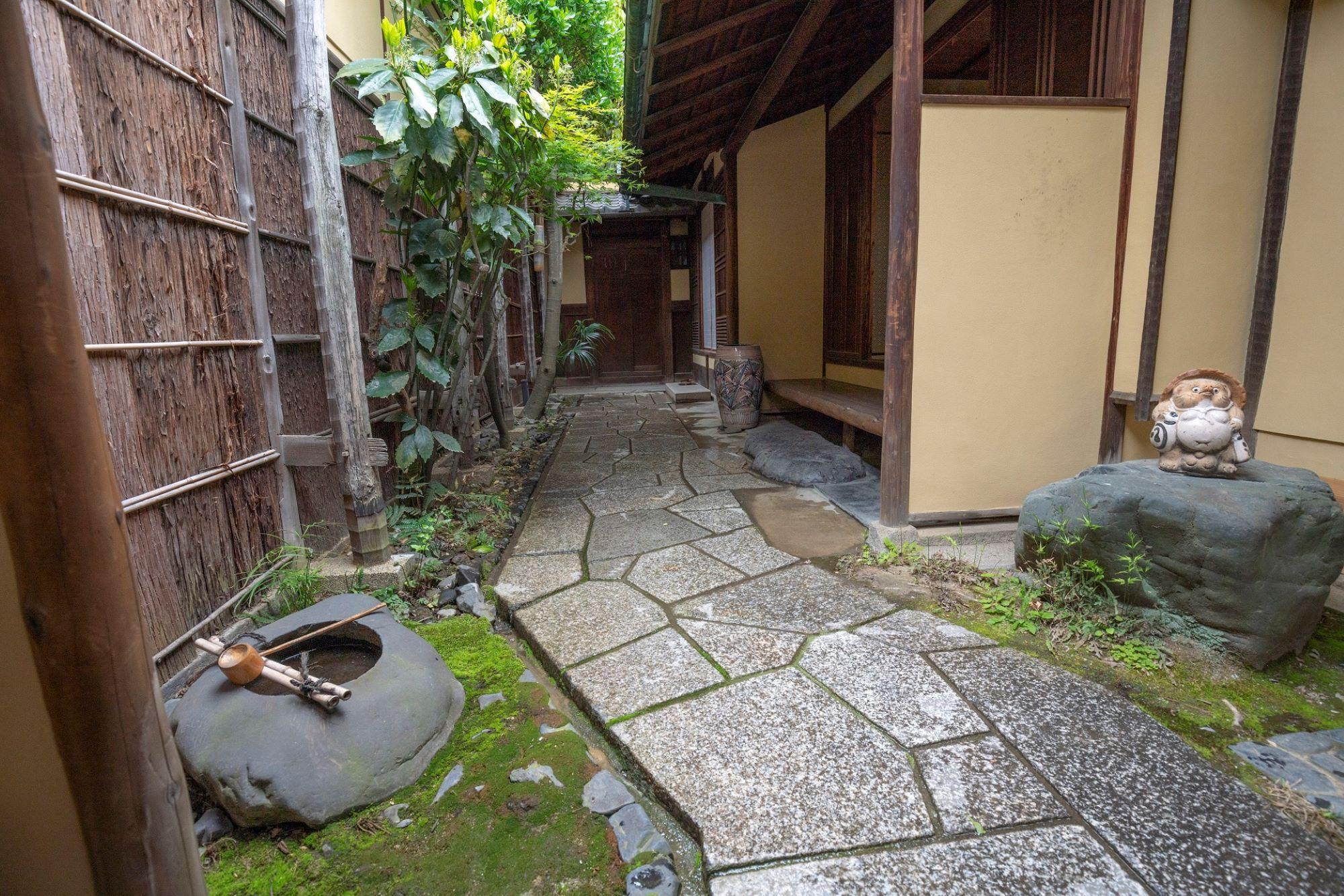 「藤野家住宅」の玄関アプローチは、門の内側に待合や雪隠を設け、露地としても使える風情ある佇まい。