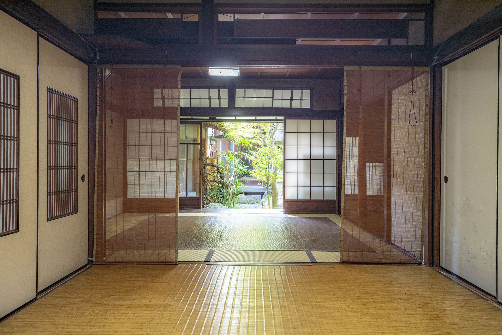 「藤野家住宅」の内部は、平屋の表側棟と二階建ての居住棟を玄関棟でつなぐ構成。