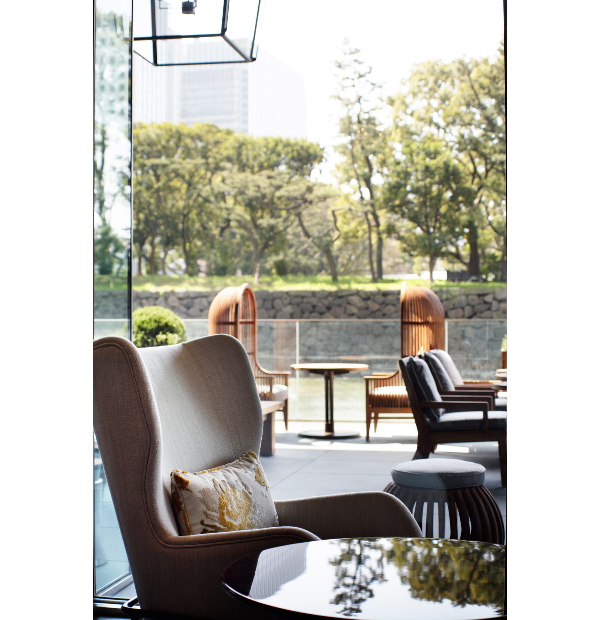 Guests can relax as if they are at their own home living room at The Palace Lounge. The beautiful view of water and trees around the Imperial Palace moats can be enjoyed from the hotel windows.