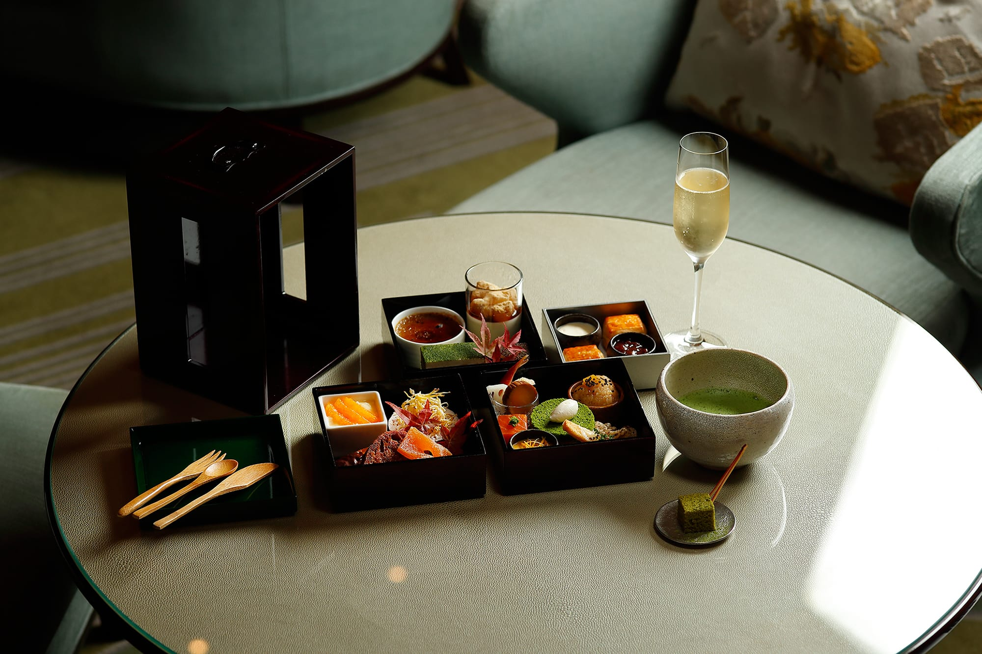 Jyugetsudo, the tea speciality store is presenting their Kuradashi Koicha (Aged Thick Tea) and confections using their Kuradashi Usucha (Aged Light Tea). The guests will discover a new fascination in Japanese Tea. The combination with a glass of champagne can be selected as well.
