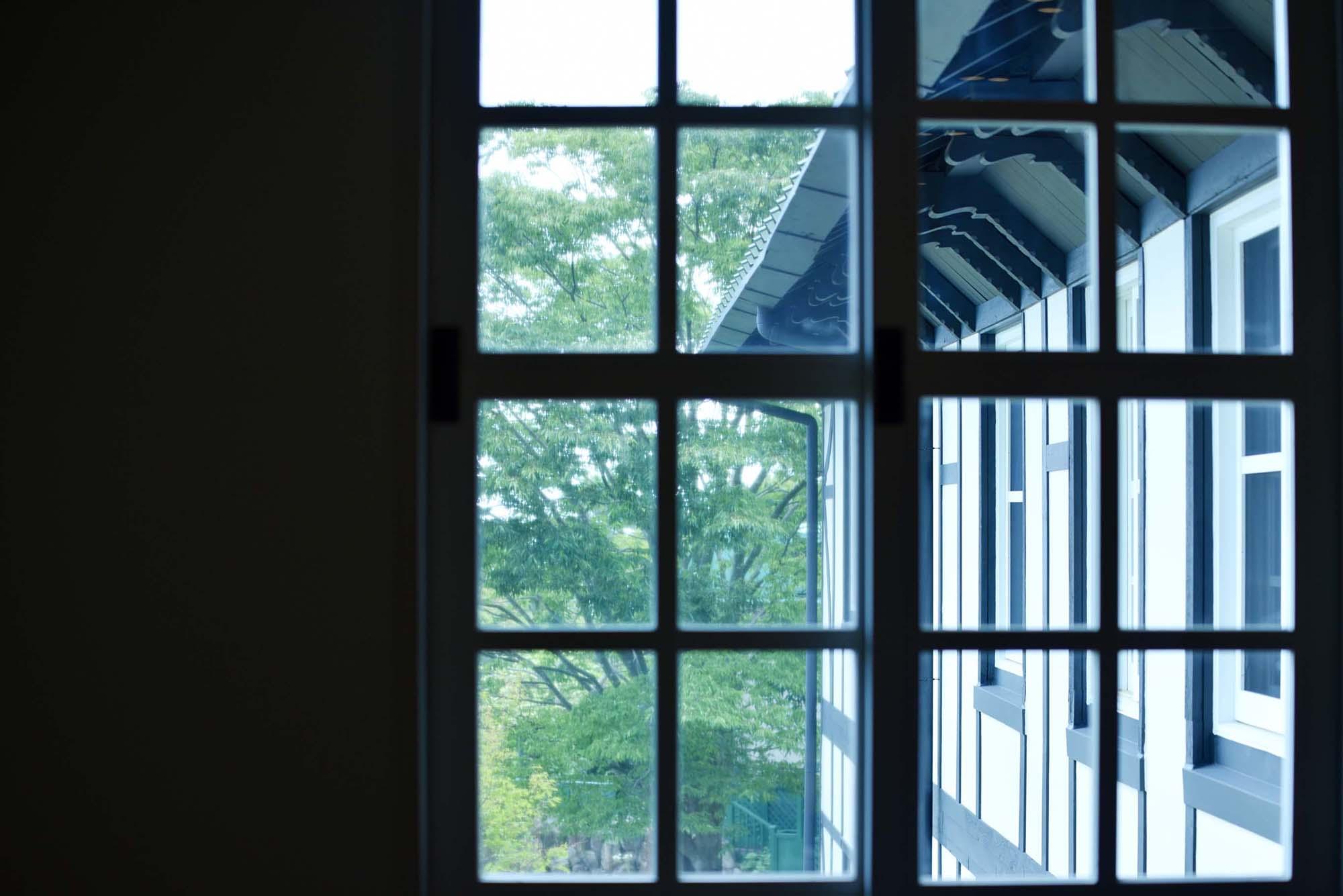 どの窓からも豊かな六甲山の森の緑を眺めることができる。