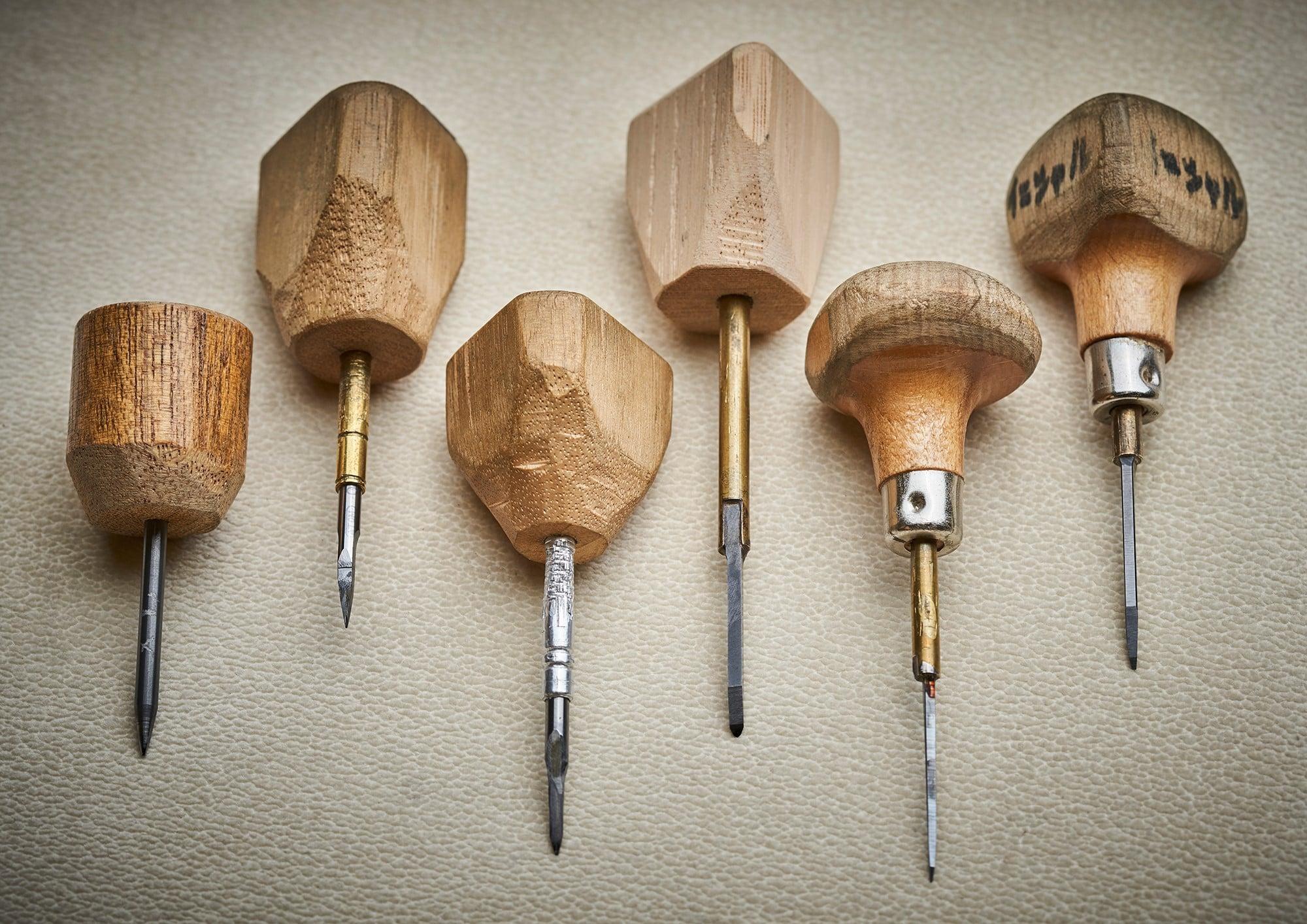 45周年記念モデルの彫金では、バイトと呼ばれる彫刻刀が6本以上使用されている。これらの道具はグリップや刃の形状は、作り上げる作品に合わせて、その都度、照井が自作をしていく。
