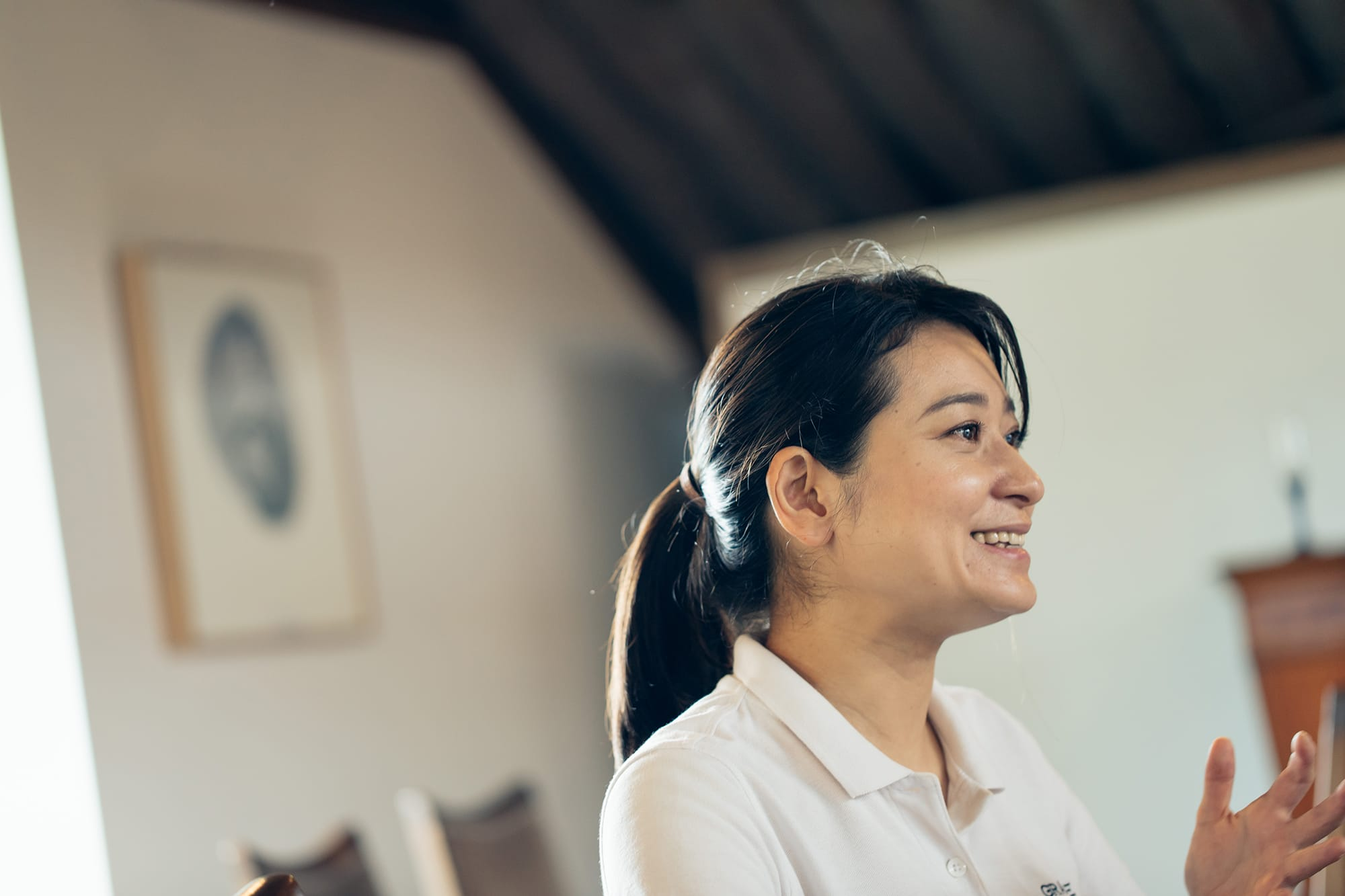 静かなる情熱を持ってワイン醸造を語り、甲州の土地とぶどうの話で笑顔をほころばせる三澤彩奈。