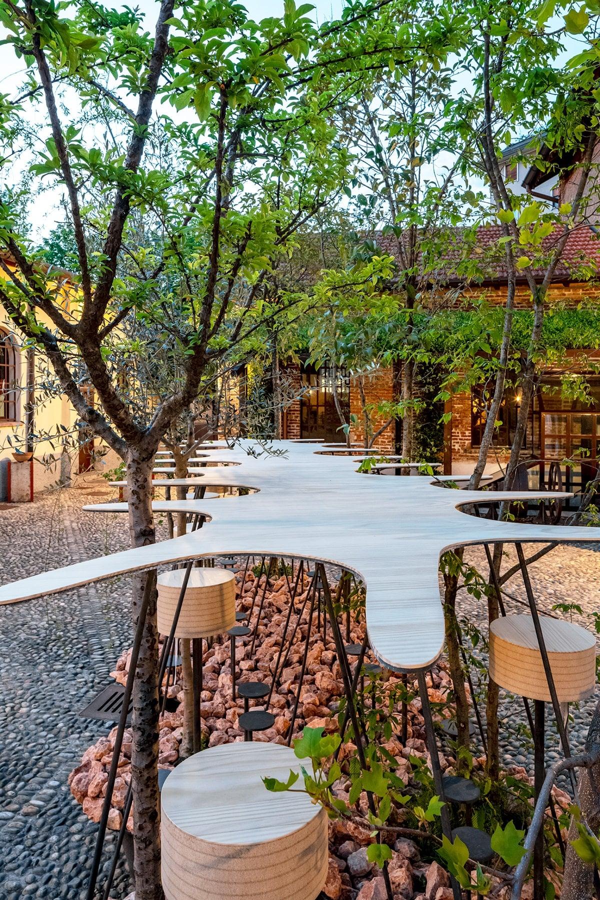 """team balancoによる屋外用の家具作品 """"intree table(インツリーテーブル)""""を東京ミッドタウンに展示。"""