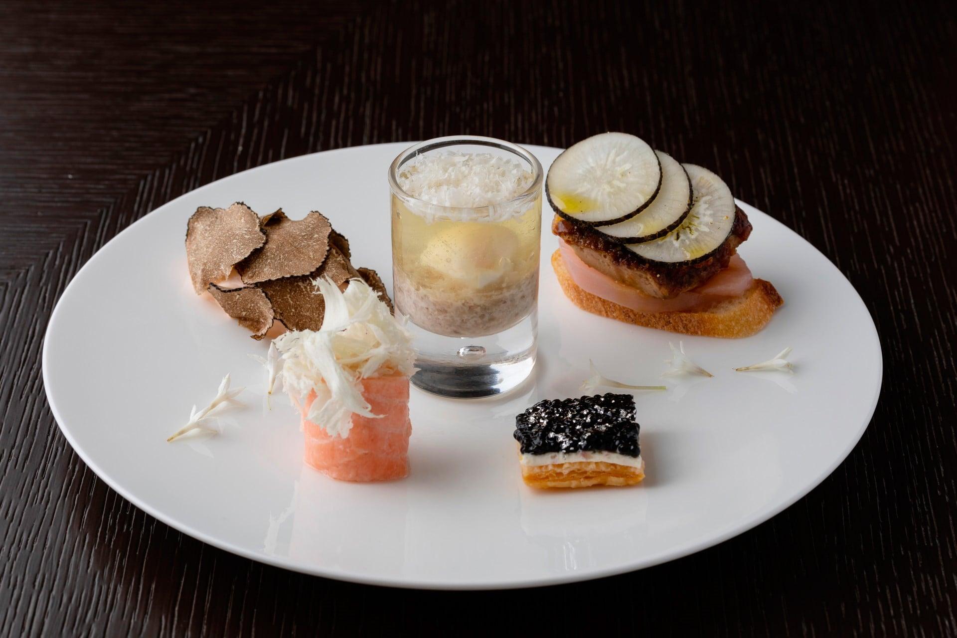 キャビア タルトなど、フォーシーズンズホテル丸の内 東京で供されるセイボリー。