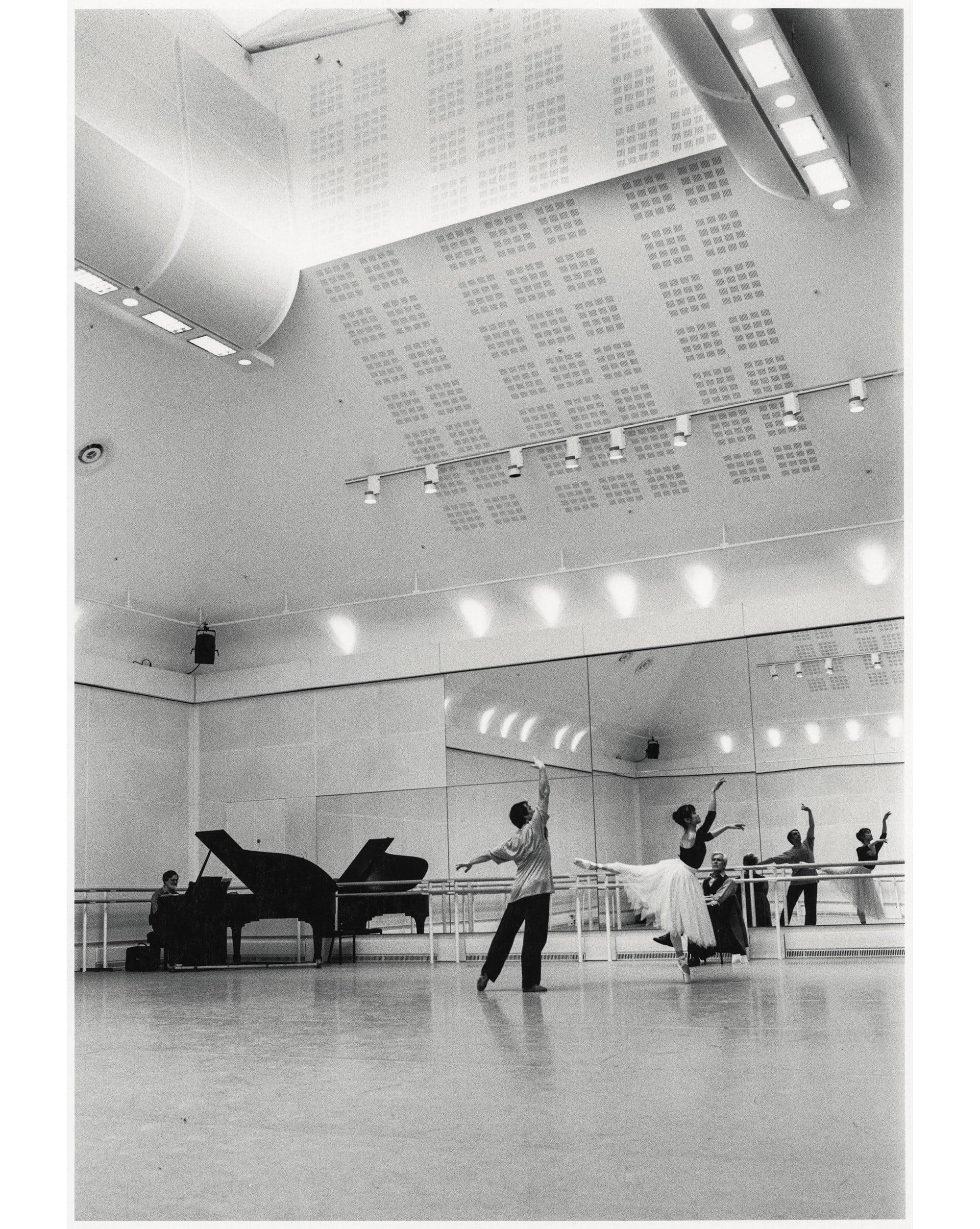 英国ロイヤル・バレエ団時代の名パートナーであった、イレク・ムハメドフとの練習風景。アシュトン・スタジオにて。『吉田都 永遠のプリンシパル』(河出書房新社)より。 Photography by 🄫Yuko Miyazawa