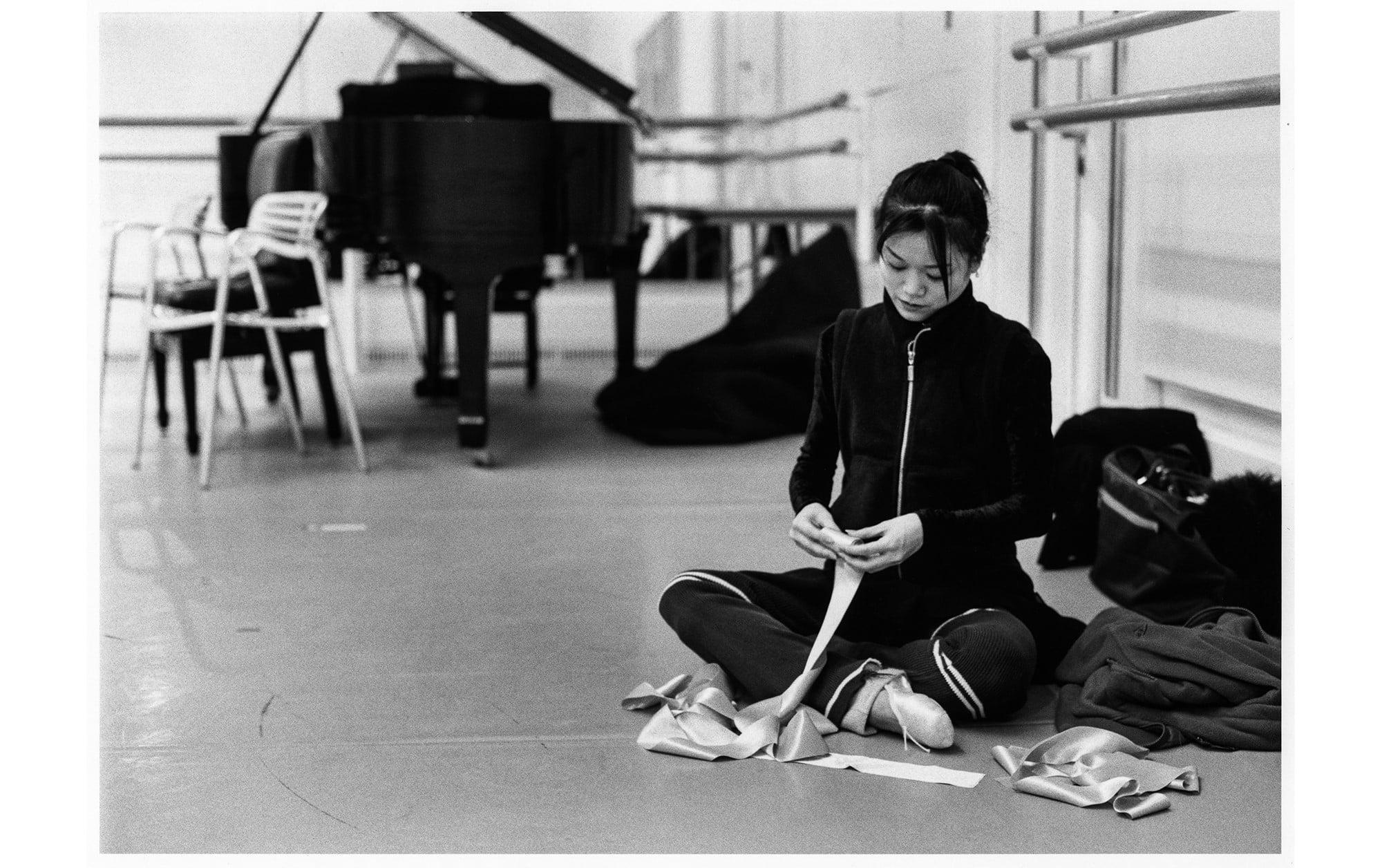 『リーズの結婚』リハーサル後の様子。『吉田都 永遠のプリンシパル』(河出書房新社)より。 Photography by 🄫Yuko Miyazawa
