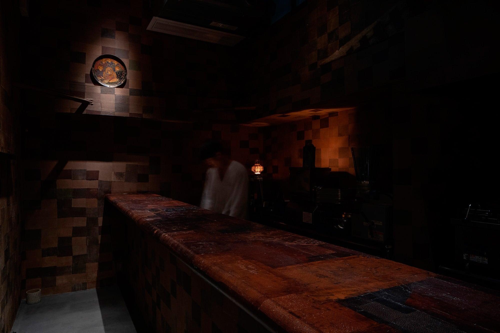 ハタノワタルが内装を手がけた「会員制餃子冫(にすい)」の店内。壁には手漉きで作られた和紙を、手で約6000枚に割いて、それを貼り重ねていった。