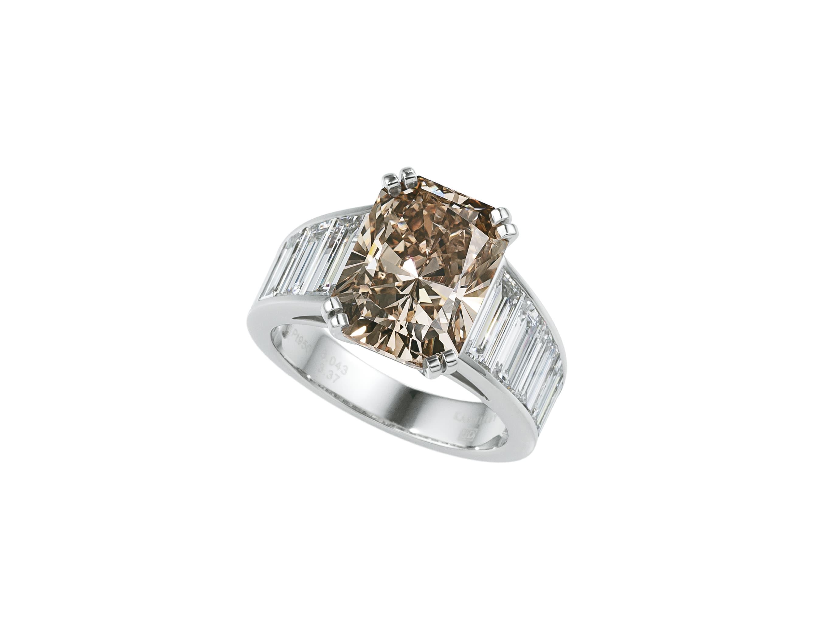 主役の6ctのブラウンダイヤモンドは見事だが、リングアームの両脇にも注目してほしい。テーパーダイヤモンドが寸分狂いなく整然と並んでいる。これは、ダイヤモンドのサイズや輝きなどを完璧に揃え、最後まで手を抜かずセッティングする緻密な計画に基づいて初めて実現できるものだ。