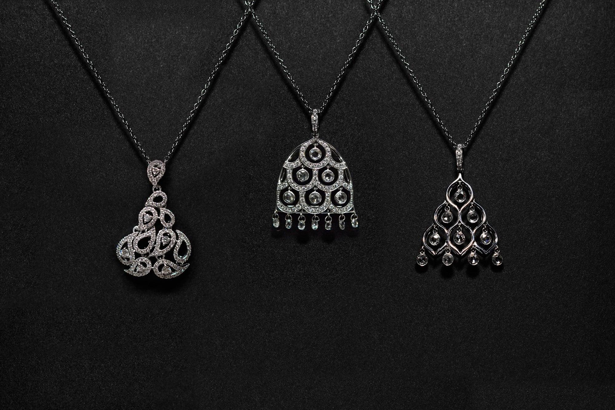 「クラシック」ネックレス。ダイヤモンドがバランスよく垂れ下がり、宙に浮くように演出している。プラチナ・ダイヤモンド。左 ¥1,820,000 中¥1,820,000 右¥1,170,000 すべて税別