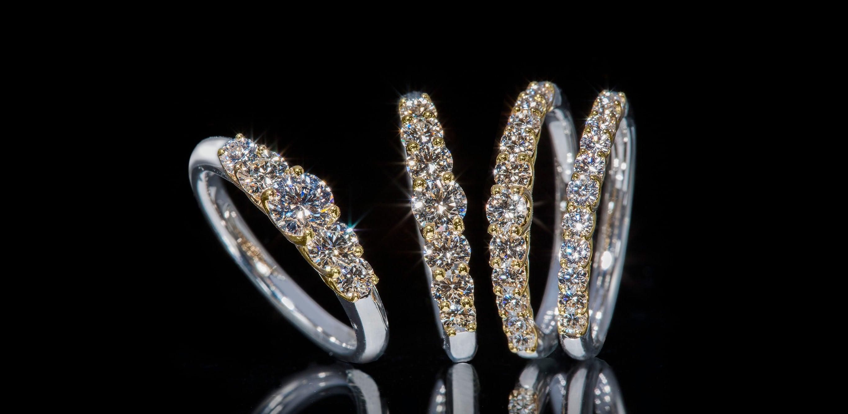 鑽石「懸浮」在鉑金和18K黃金中間的婚戒。鑽石散發出的無色透明光芒連成一片,閃耀奪目。