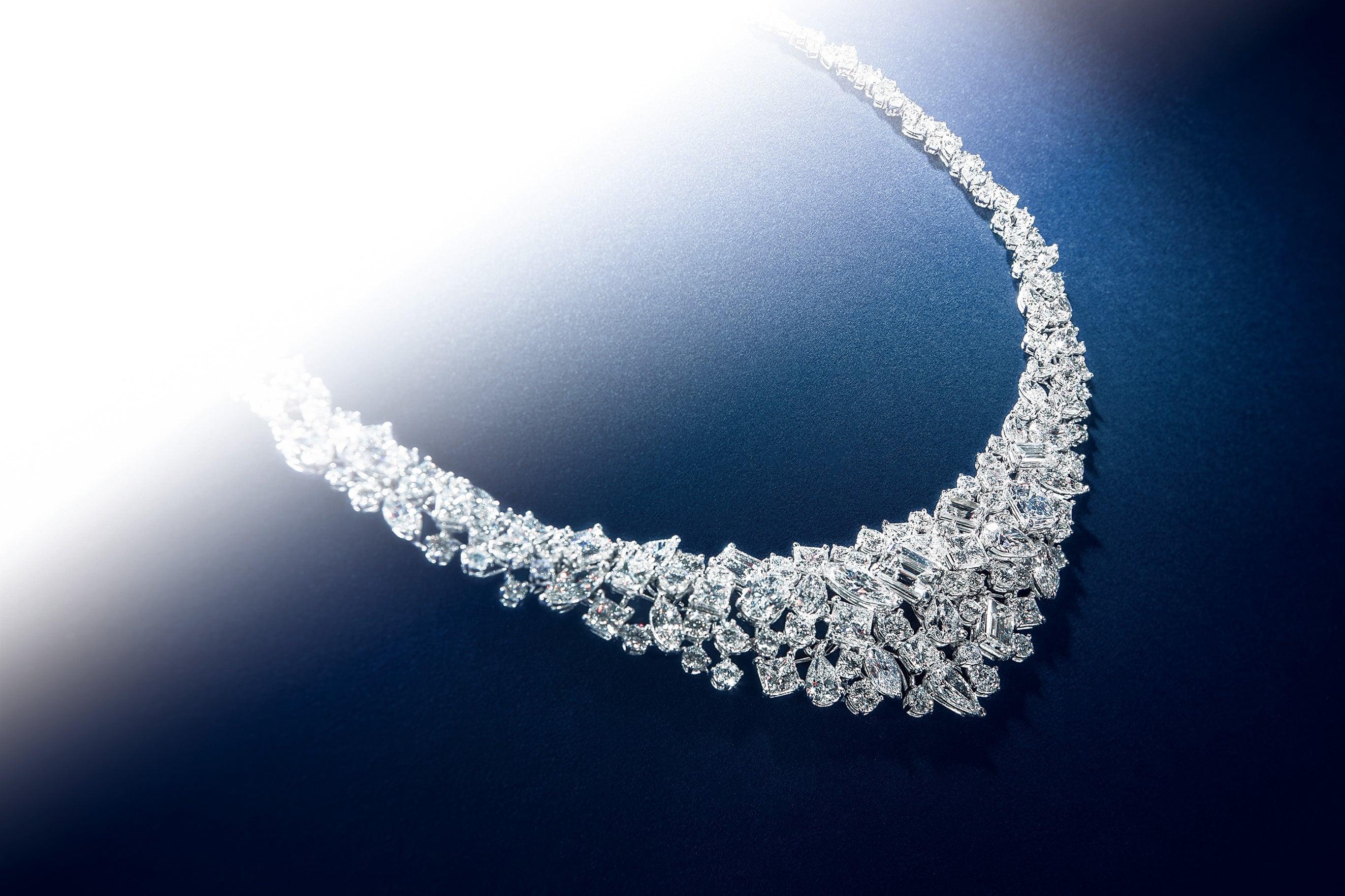 ラウンドブリリアント、ペアシェイプ、マーキス、スクエアと、様々なカットのダイヤモンド 合計46.18ctが、身につける人のデコルテを眩い光で覆う豪華さを極める。ネックレス。Pt・ダイヤモンド。39,000,000円 税込