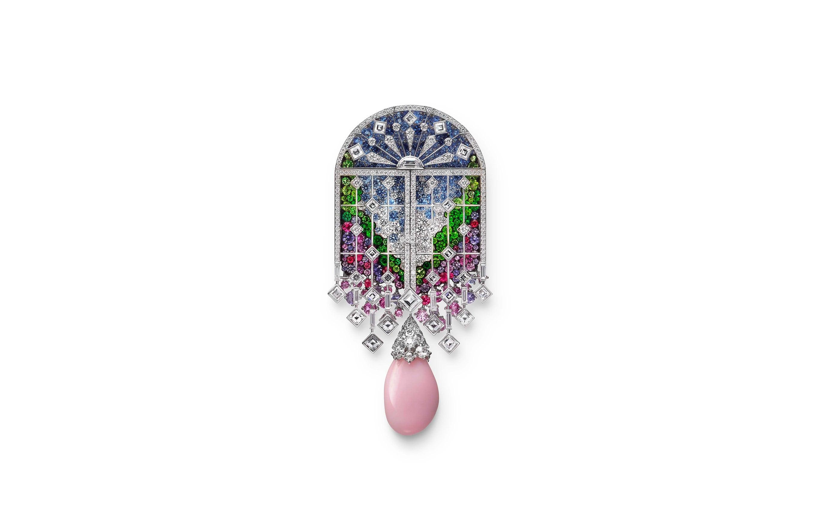 窓辺の向こうは花が咲き誇る庭園。ダイヤモンドの窓は開閉することができる。 ブローチ。K18ホワイトゴールド・天然真珠(コンク)・サファイア・ガーネット・エメラルド・スピネル・ダイヤモンド。43,000,000円 税別