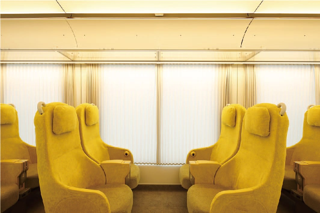 すべての席から風景を楽しめるような窓位置がリビングルームのような西武鉄道特急車両 「Laview」