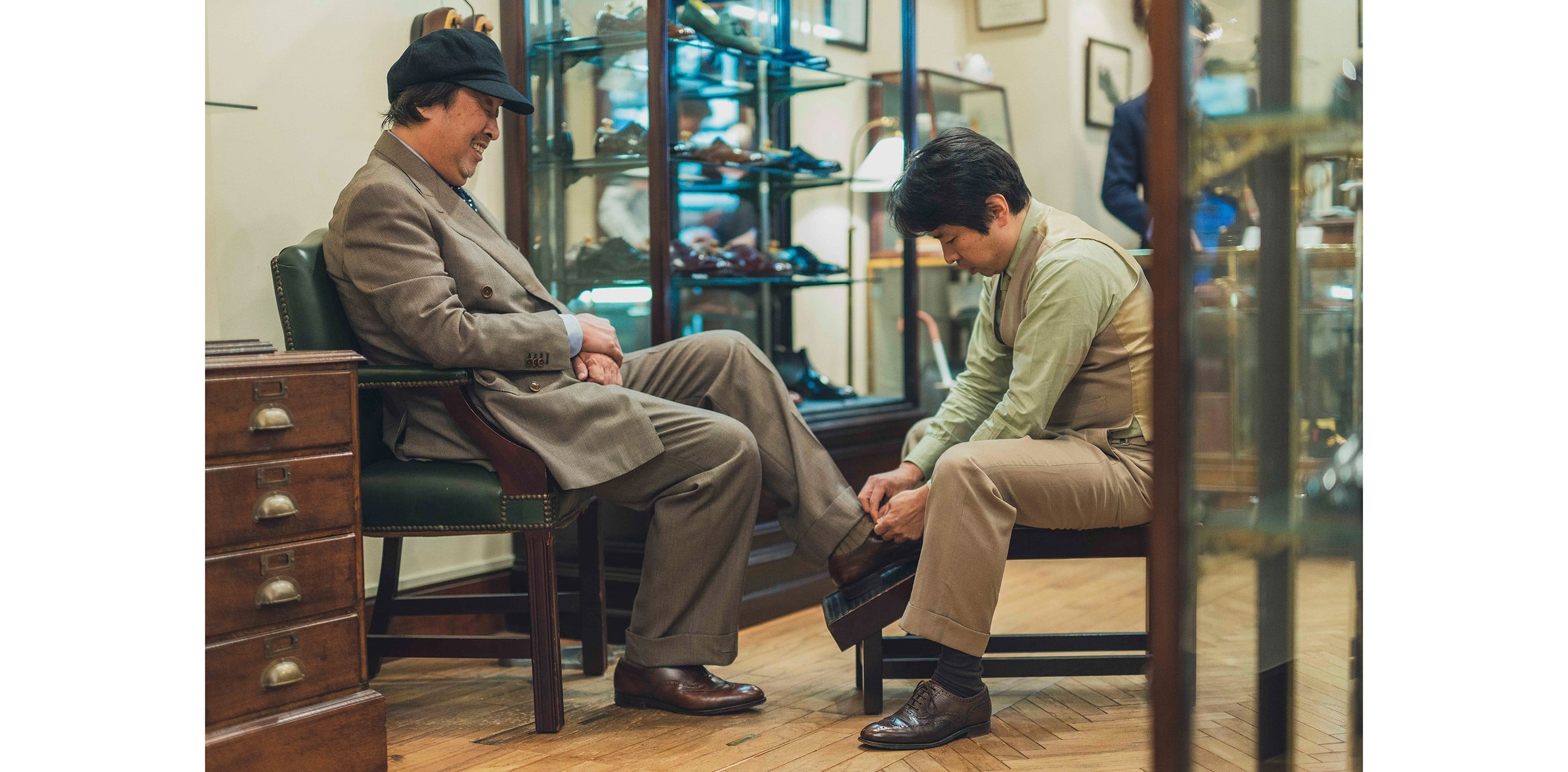 """Admiring the beloved English Leather Shoes at """"Lloyd Footwear Ginza"""", the shoe store opened until 10PM"""