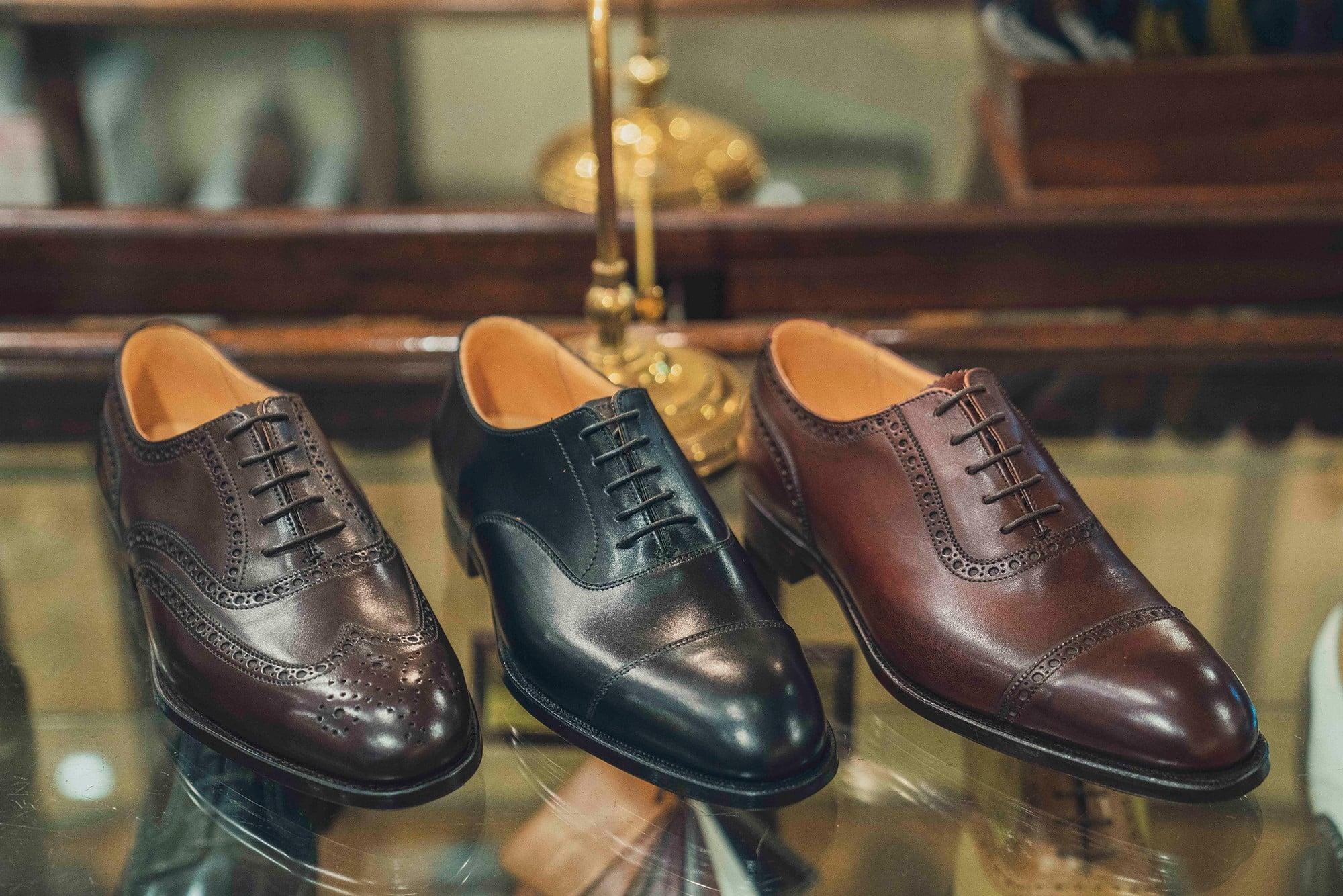 通常のロイドフットウェアの靴は3万1000円~。写真のマスターロイドは7万円~で、オーダーメイドの場合は追加料金4万円が必要となる。オーダーメイドではワイズ(幅)と、用意された中から素材(革)の選択が可能。11万円で自分好みの英国製の一足が手に入るのだから、青柳さんが太鼓判を押すのも納得だ。※価格はすべて税別