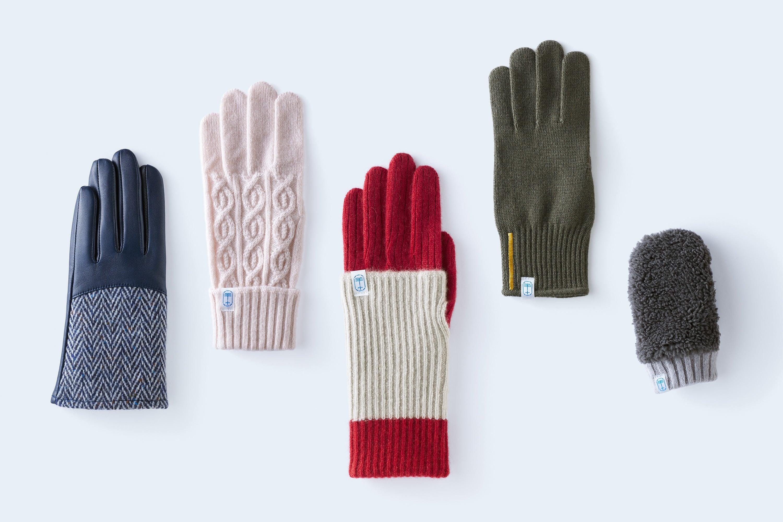 レザーとウールのコンビ、カシミヤニットなど、様々な素材とデザインの手袋が揃う。