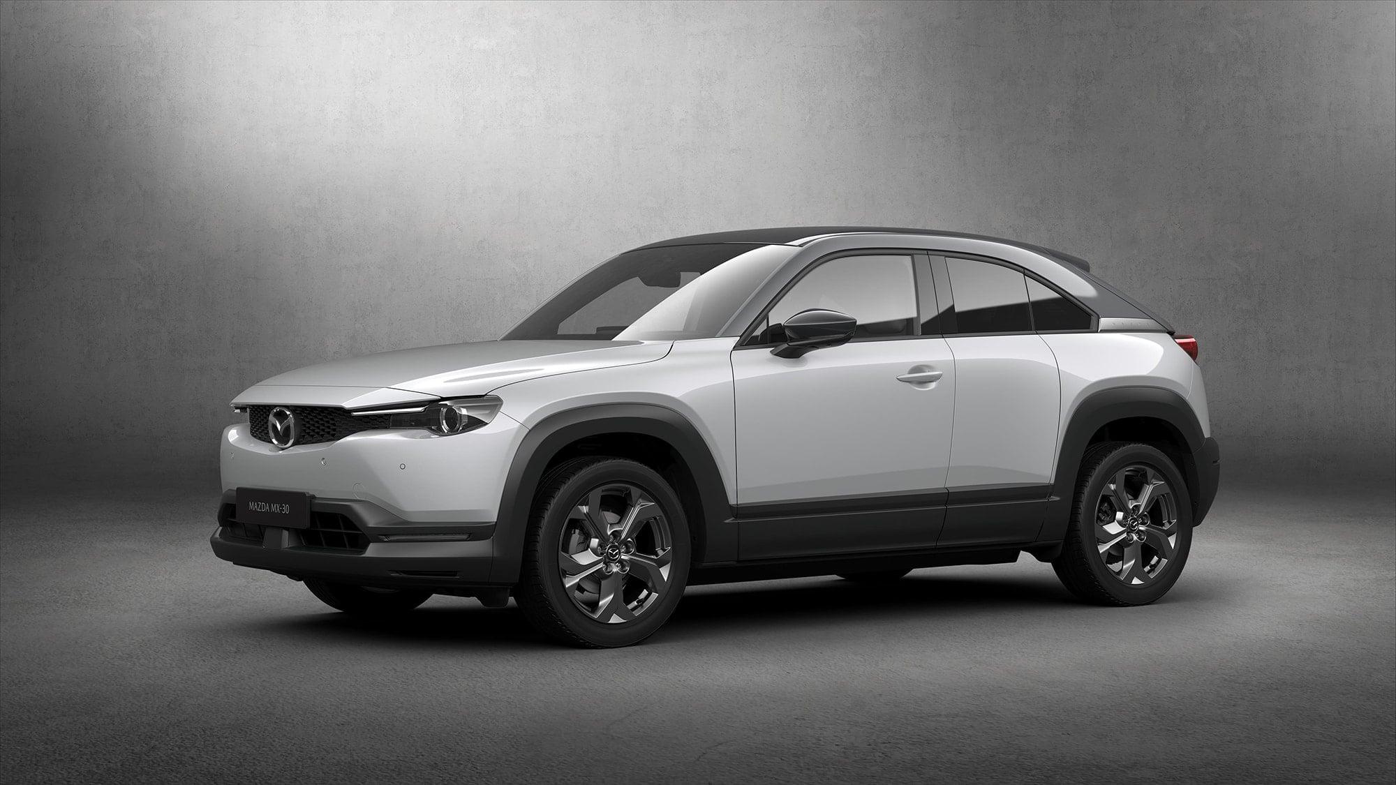 マツダ初の量産電気自動車(EV)である「MX-30」。プレーンなルックスのようでいて、魂動デザインの完成度と美しさは外さない。自然素材であるコルクをトレイ部やドアハンドルの一部に使用。自然体であることを享受したい、時代の空気も吸収したマツダの新しい顔。Photography by ©MAZDA