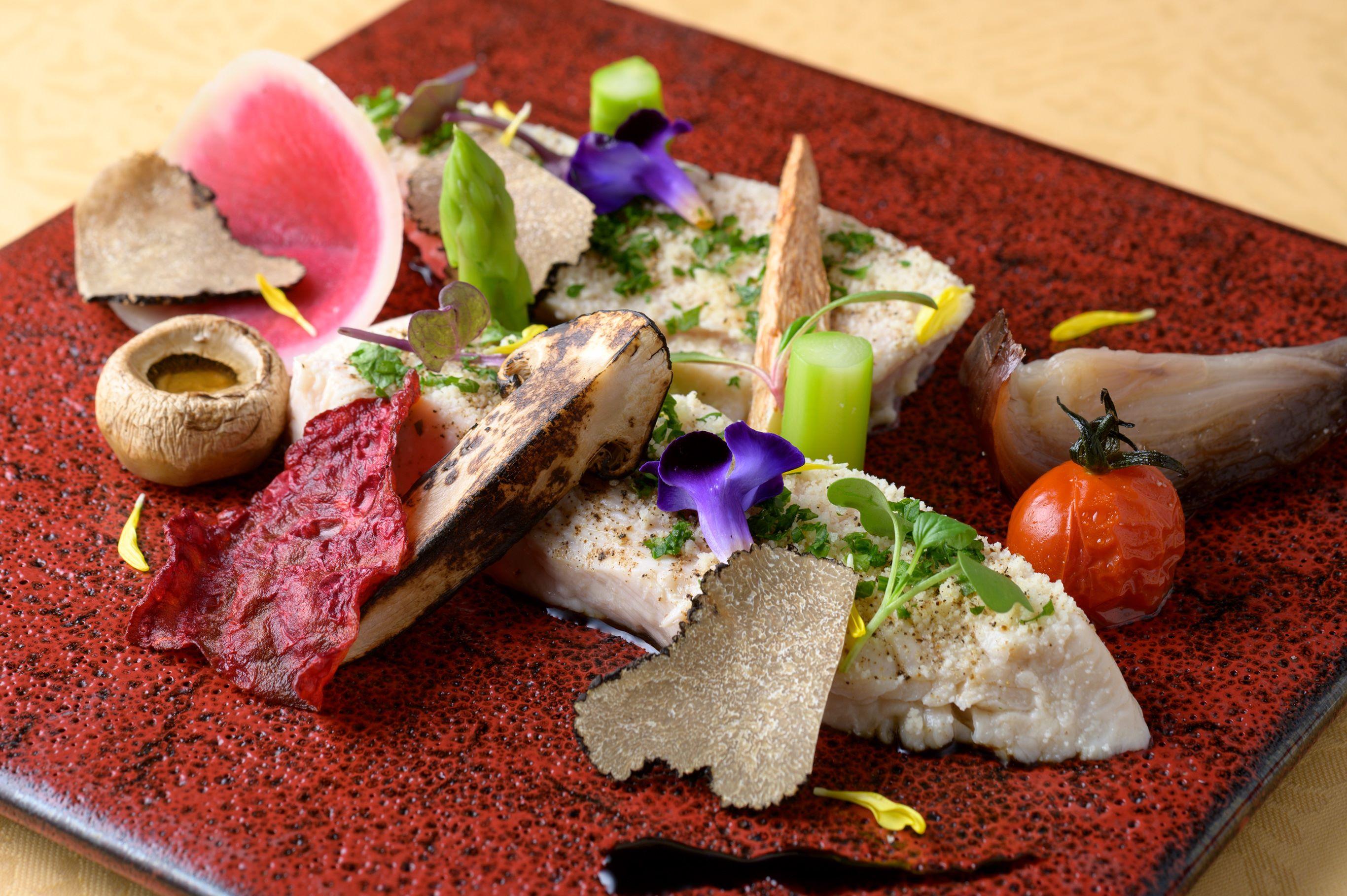 彩り豊かな野菜を添えた低糖質・低カロリーの鶏胸肉の低温調理。