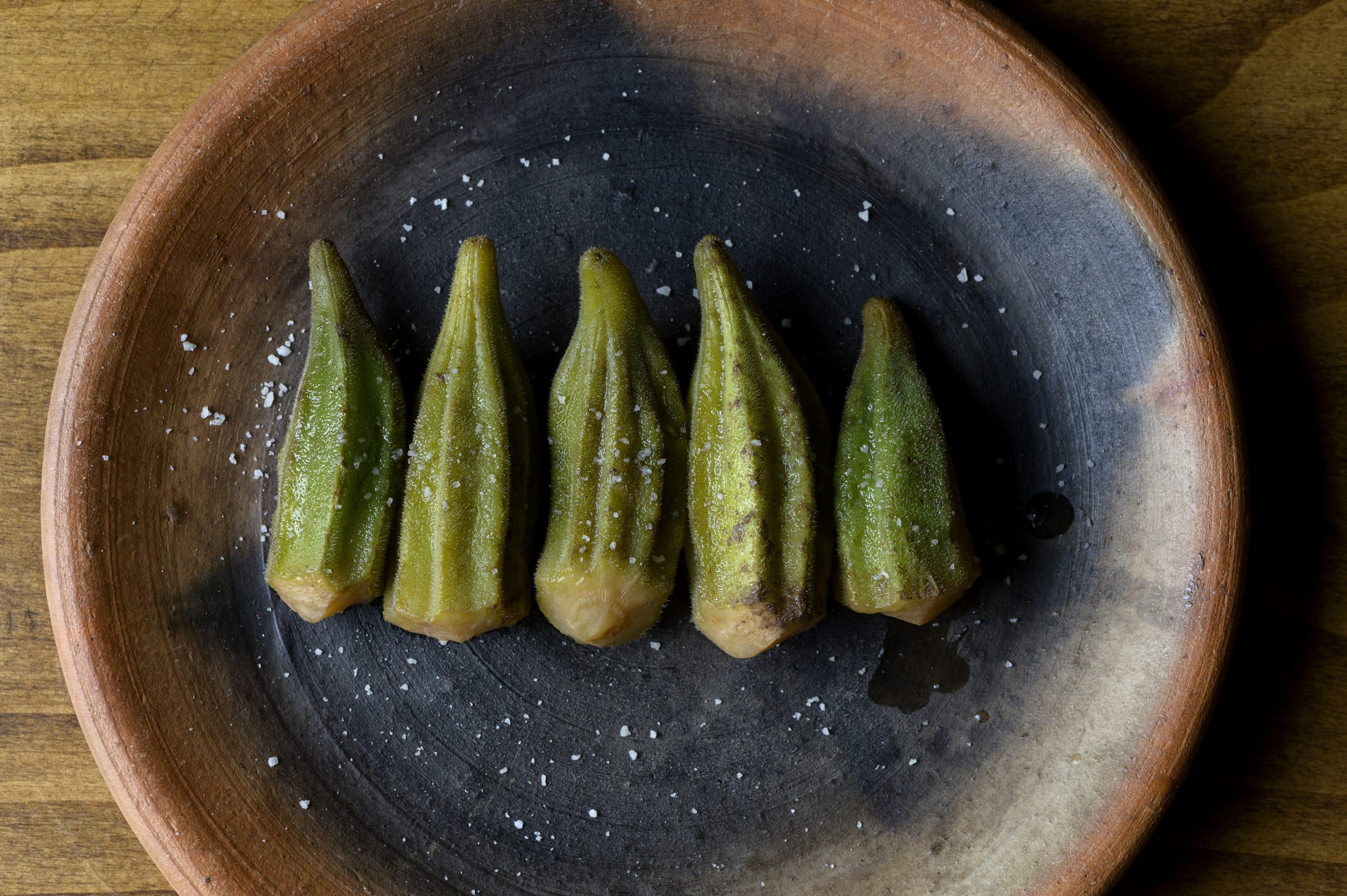 土器の鍋でゆで上げたオクラはとろけるような柔らかさ。