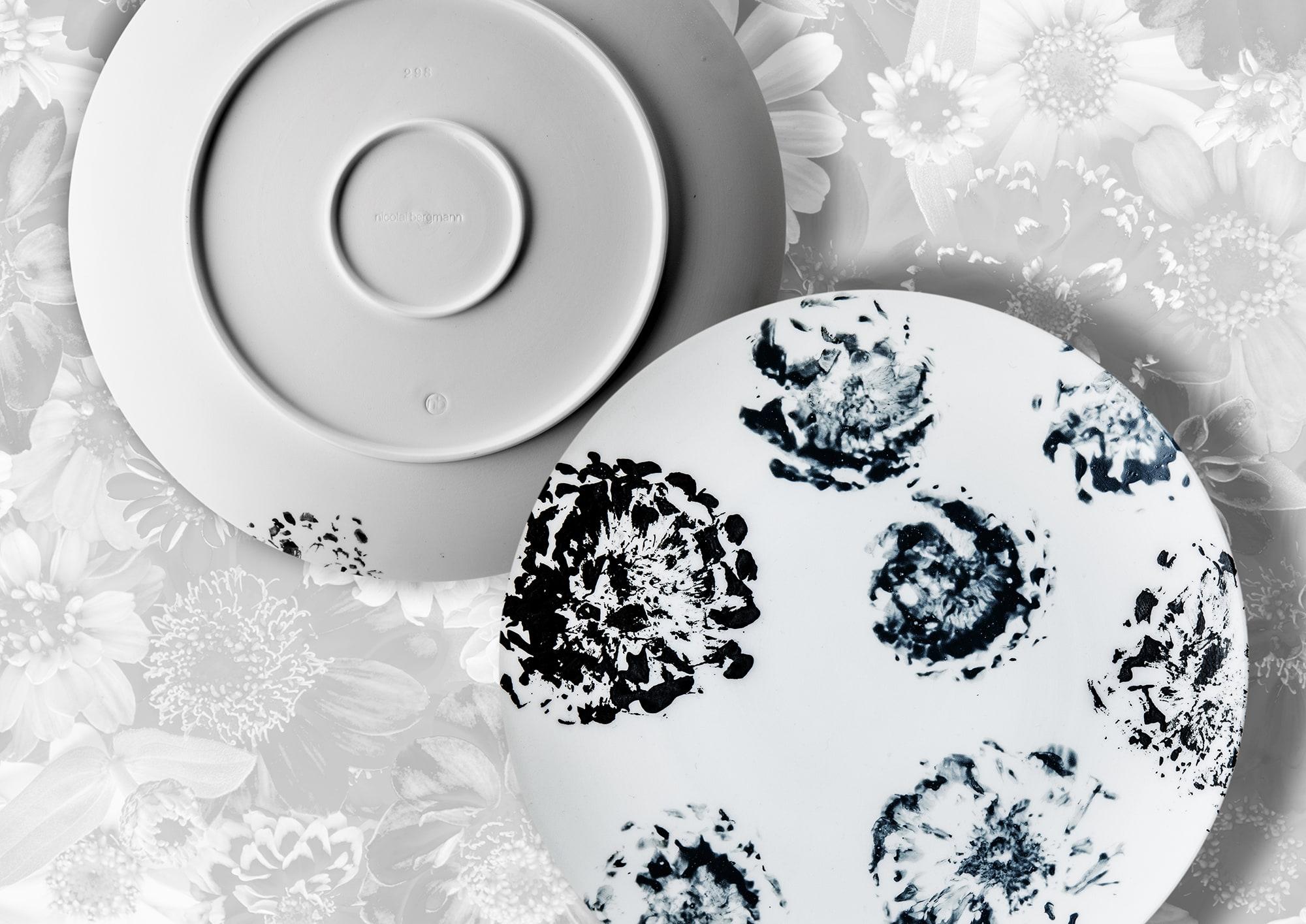 ニコライ バーグマンが、ジニアの花そのものを筆にして1枚1枚仕上げるため、1つとして同じ柄のものはない。