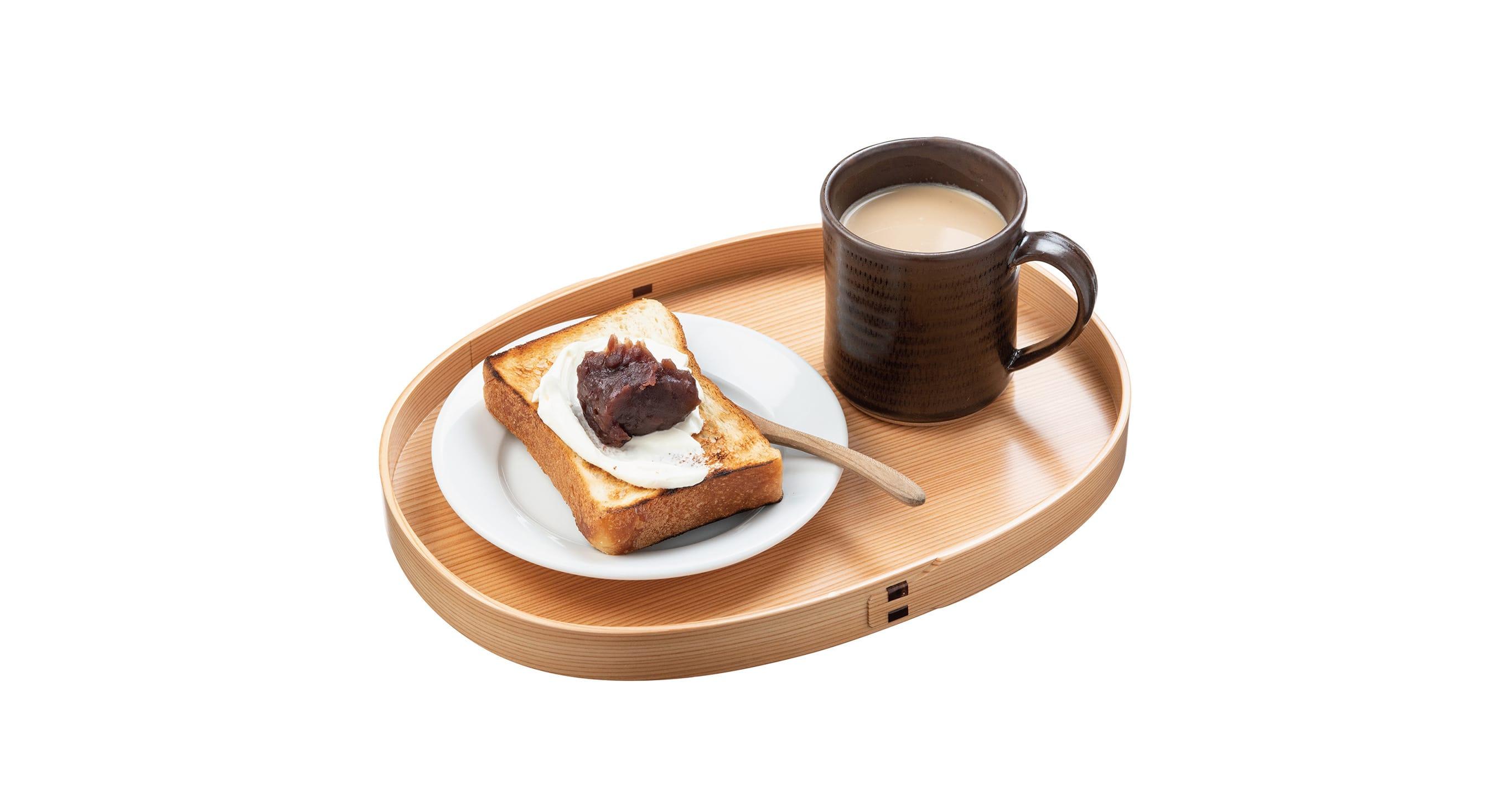 小判形の盆に1人前のあんこトーストと飲み物をのせて朝食やおやつに。