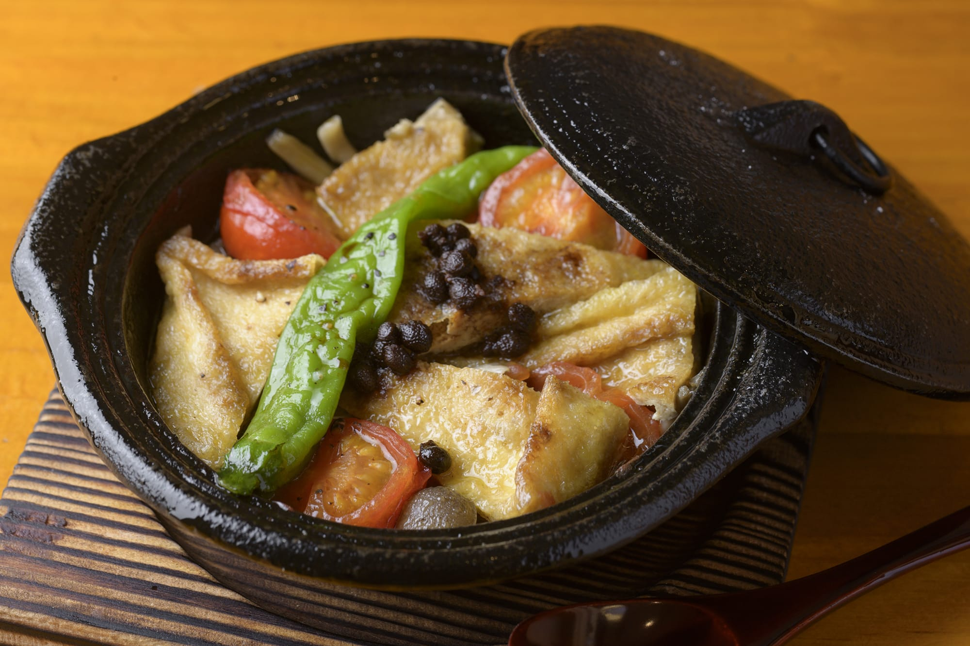 The vegetarian course features the Arima-sansho-yaki (grilled Arima sansho peppers) with abura-age (deep fried tofu) and mushrooms instead of the fish and vegetable dish.