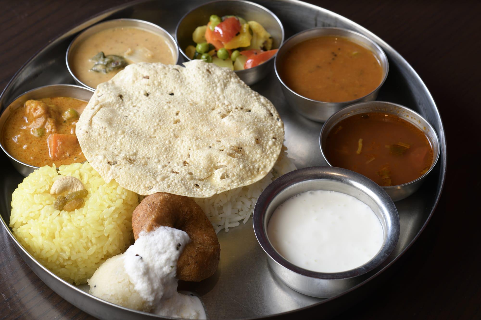 バリエーション豊かな南インド料理がワンプレートになった「ミールス」。