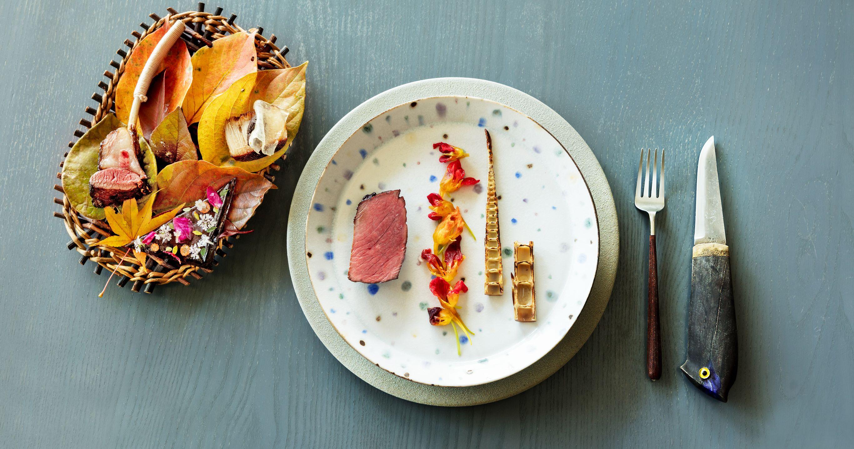 熟成两周的北海道产鹿肉,用日本烧酌的麹调味炭火烧烤,搭配金莲花泡菜和高知县产的四方竹。