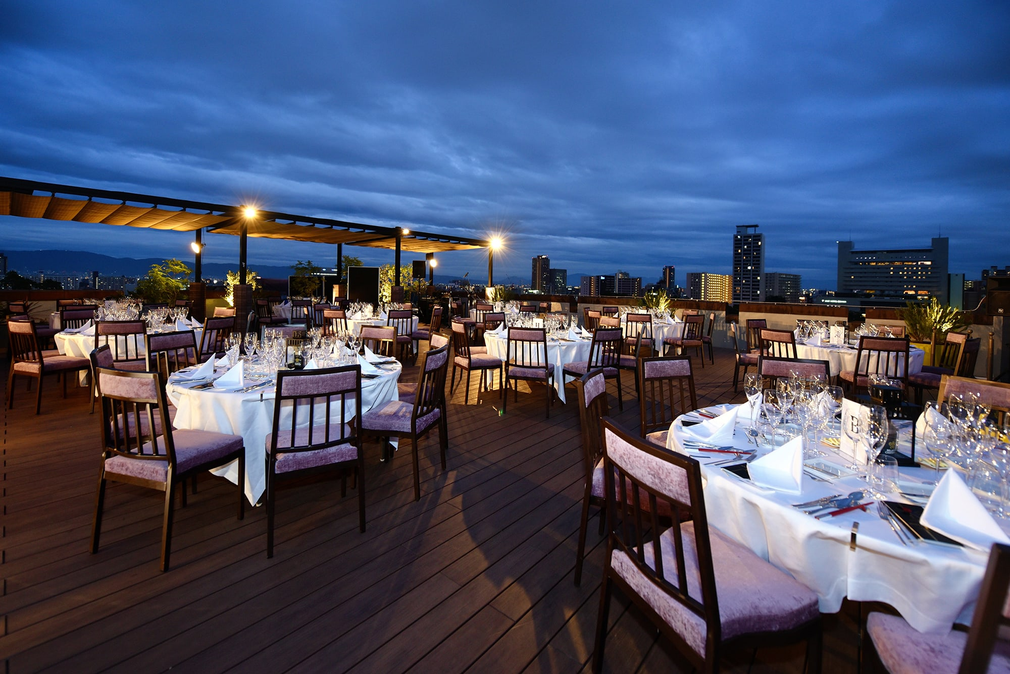 Around dusk, the guests are about to arrive at the terrace where the venue was held.