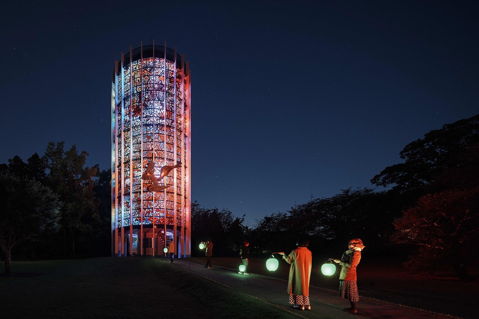 彫刻の森美術館では、ガブリエル・ロワール《幸せをよぶシンフォニー彫刻》をライトアップし「箱根ナイトミュージアム」を開催。髙橋匡太《Glow with Night Garden Project in Hakone》  ガブリエル・ロアール《幸せをよぶシンフォニー彫刻》  Photo: Mito Murakami