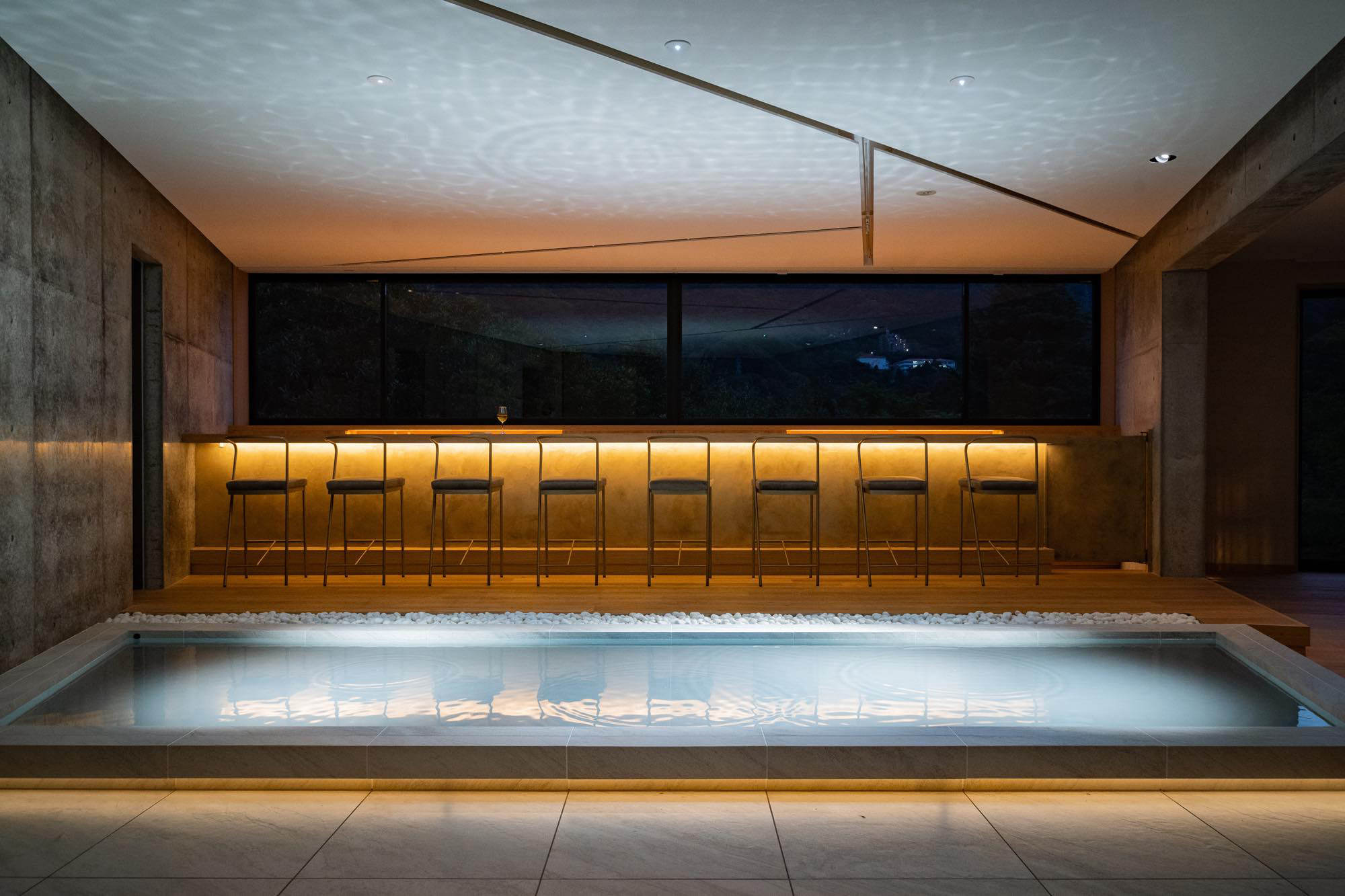 With the soft lights from the candles and downlights, the bar becomes a place to relax and spend the quiet evening.