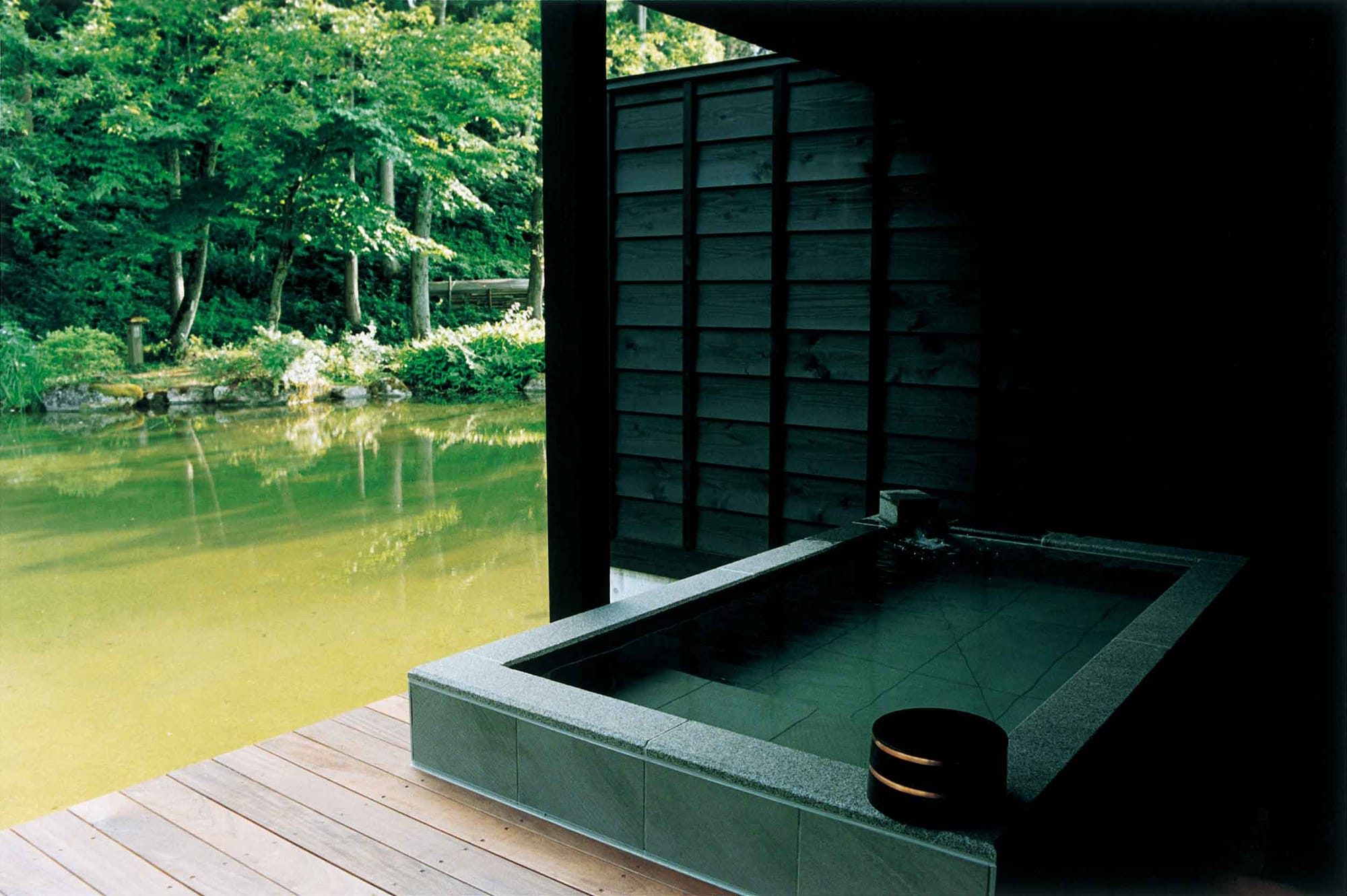 The terrace of the villa suite is equipped with an open-air onsen bath. The onsen flows directly from the Muikamachi onsen for 24 hours so that guests can lay back and relax anytime they wish.