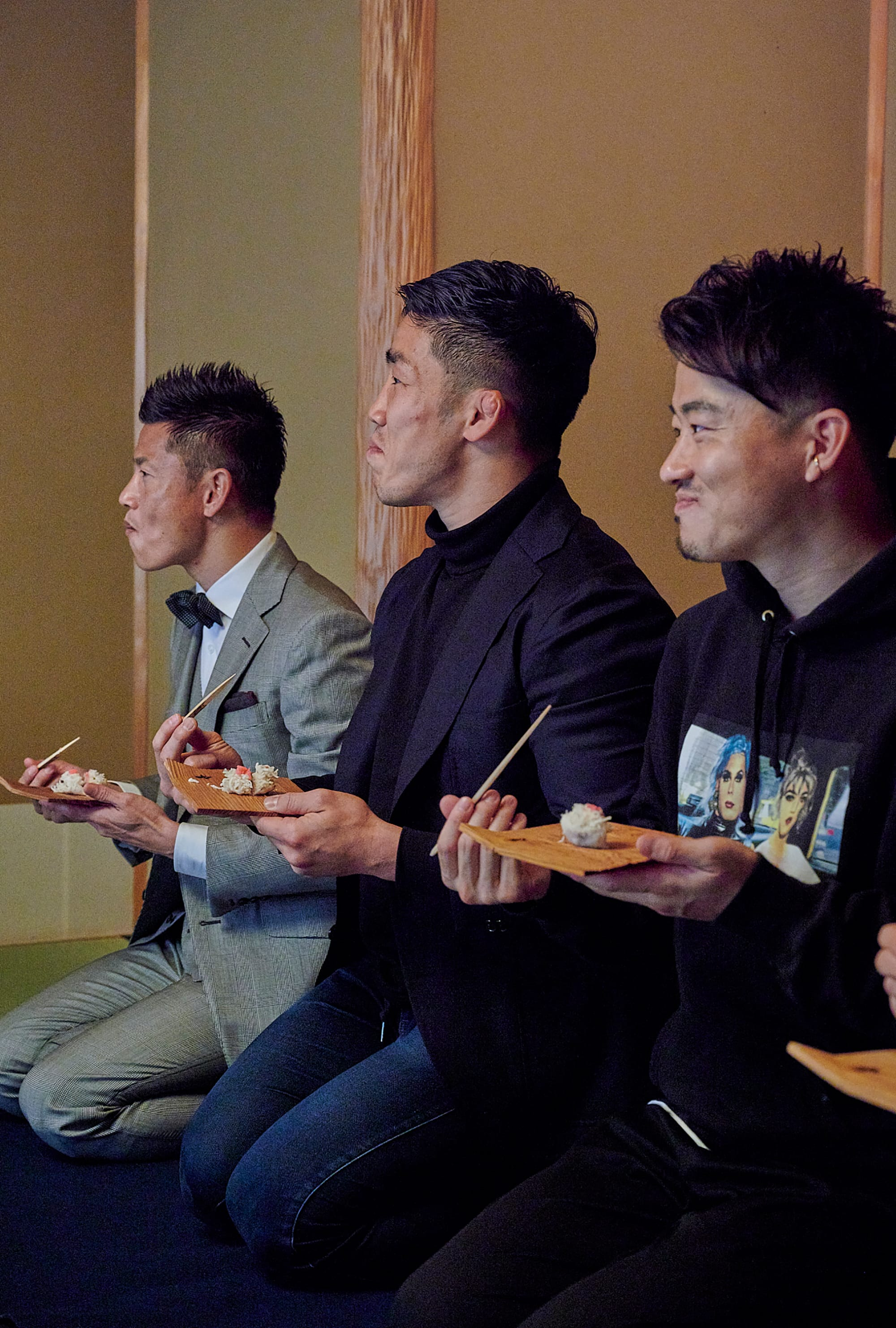 By the time the sweets appeared in front of the athletes, the atmosphere had become relaxed. From the left, Ryuji Bando, Shokei Kin and Shingo Maeda.