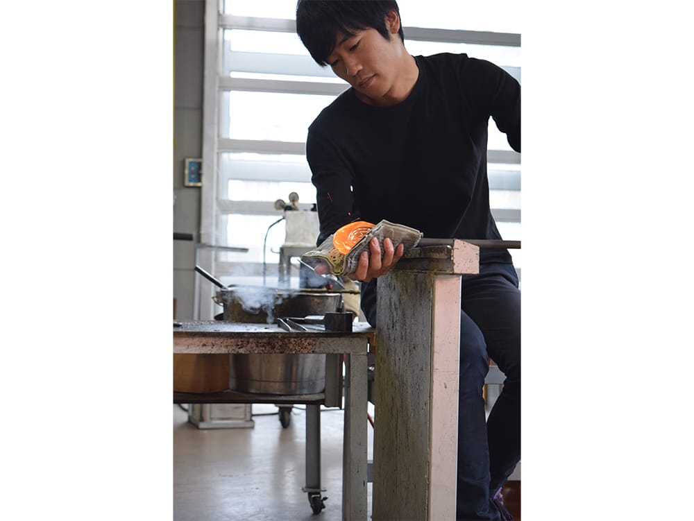 Takeyoshi Mitsui is from Hiroshima. He lives and works in Toyama as an independent glass artist after having worked for Toyama Glass Studio. Photography by Japanese Glass